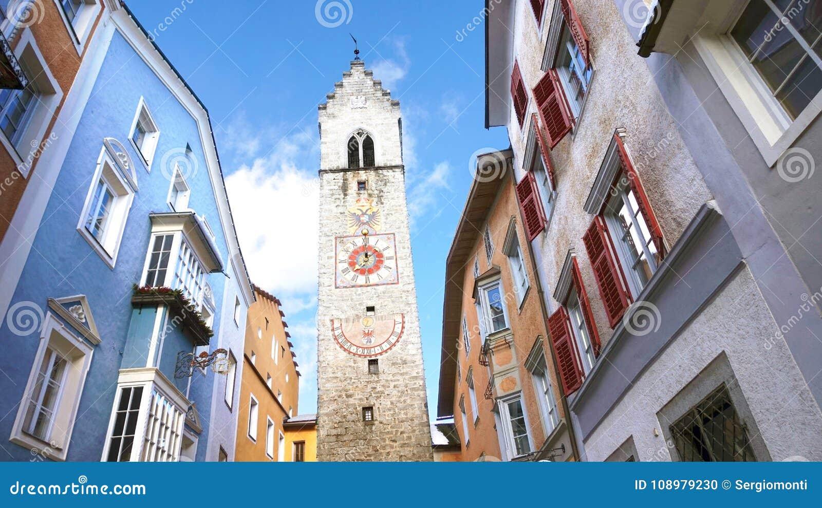 Torre de Zwölferturm en la ciudad medieval vieja de Sterzing Vipiteno, el Tyrol del sur, Italia