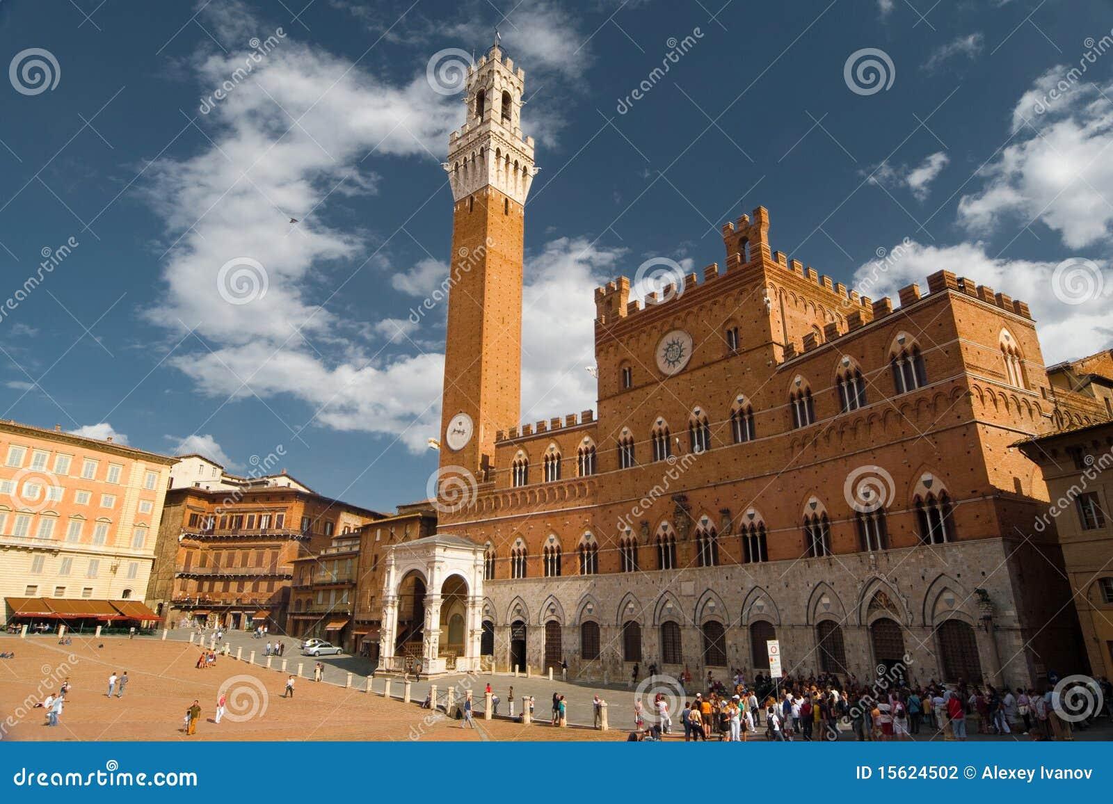 Torre del ayuntamiento en Siena