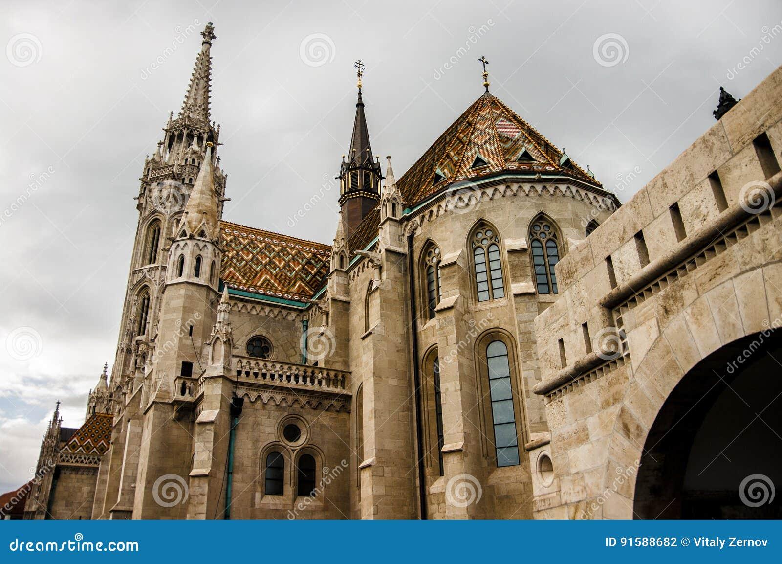 Torre del bastión del ` s del pescador en Budapest