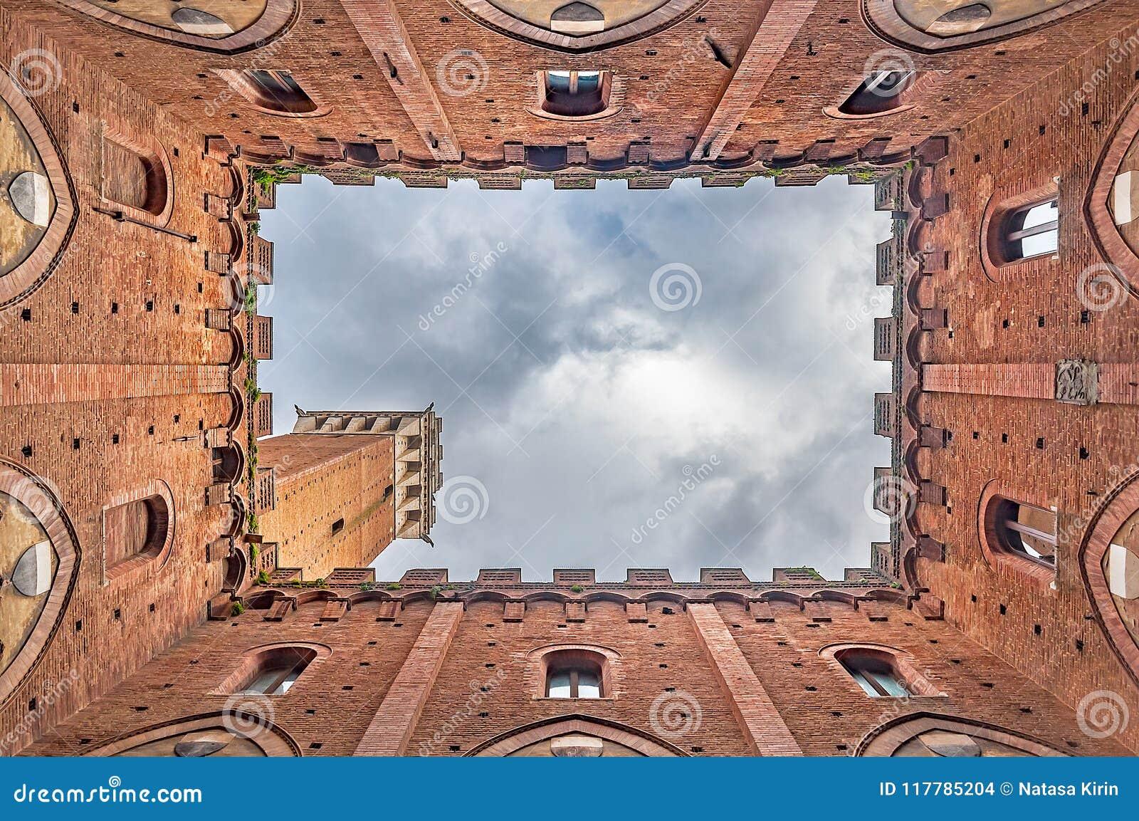 Torre del Mangia在锡耶纳,意大利,看见从Palazzo Pubblico的里面