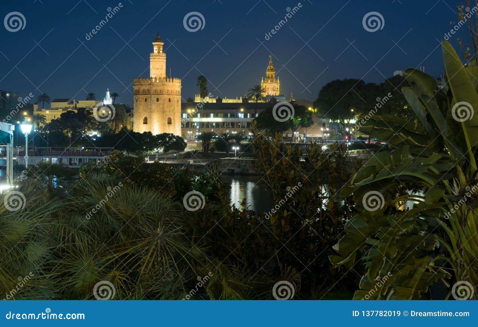 Torre del Oro och domkyrka av Seville - Torre del Oro y Catedral de Sevilla