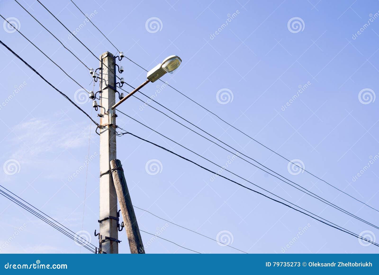 Torre del sistema de la poder-fuente contra el cielo