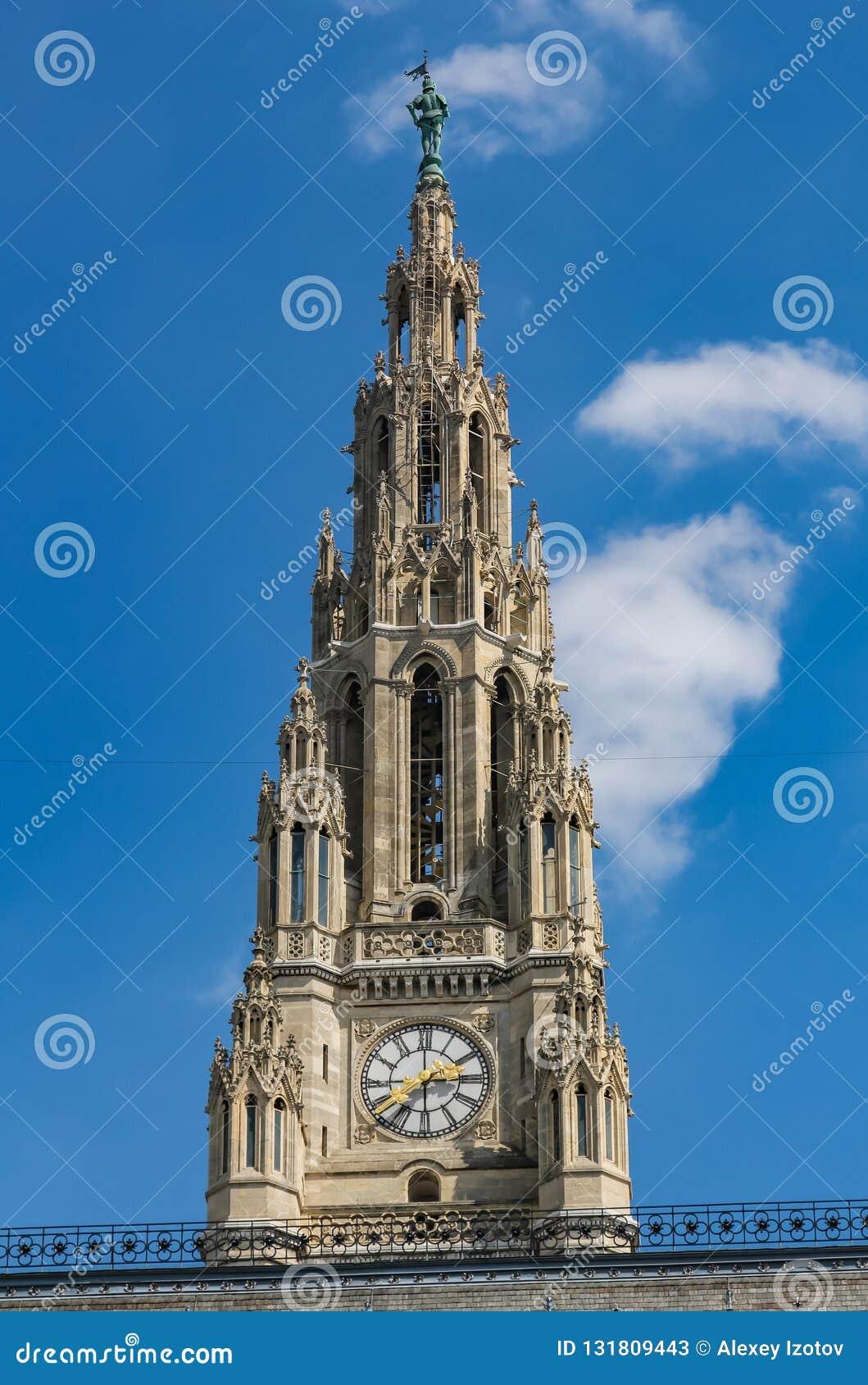 Torre di orologio sulla costruzione del municipio a Vienna Austria