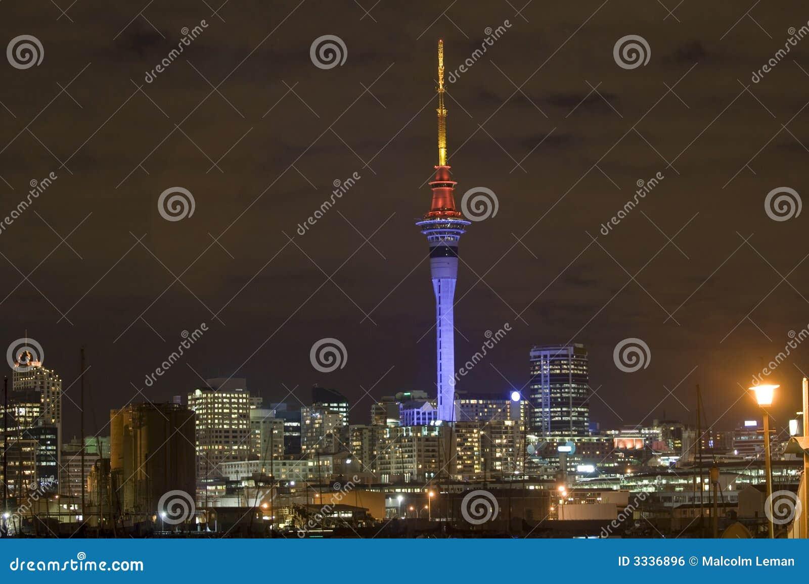 Torre do céu de Auckland na noite