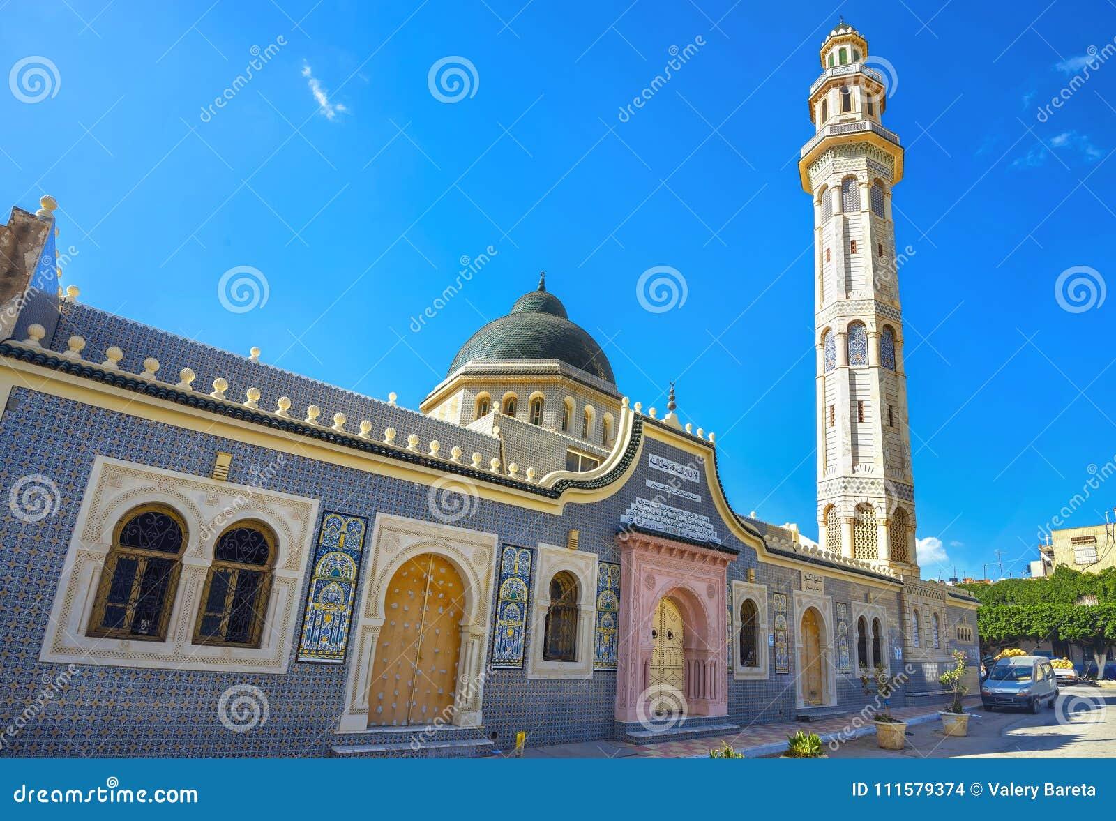 Torre do minarete da mesquita na cidade velha Nabeul Tunísia, Afric norte