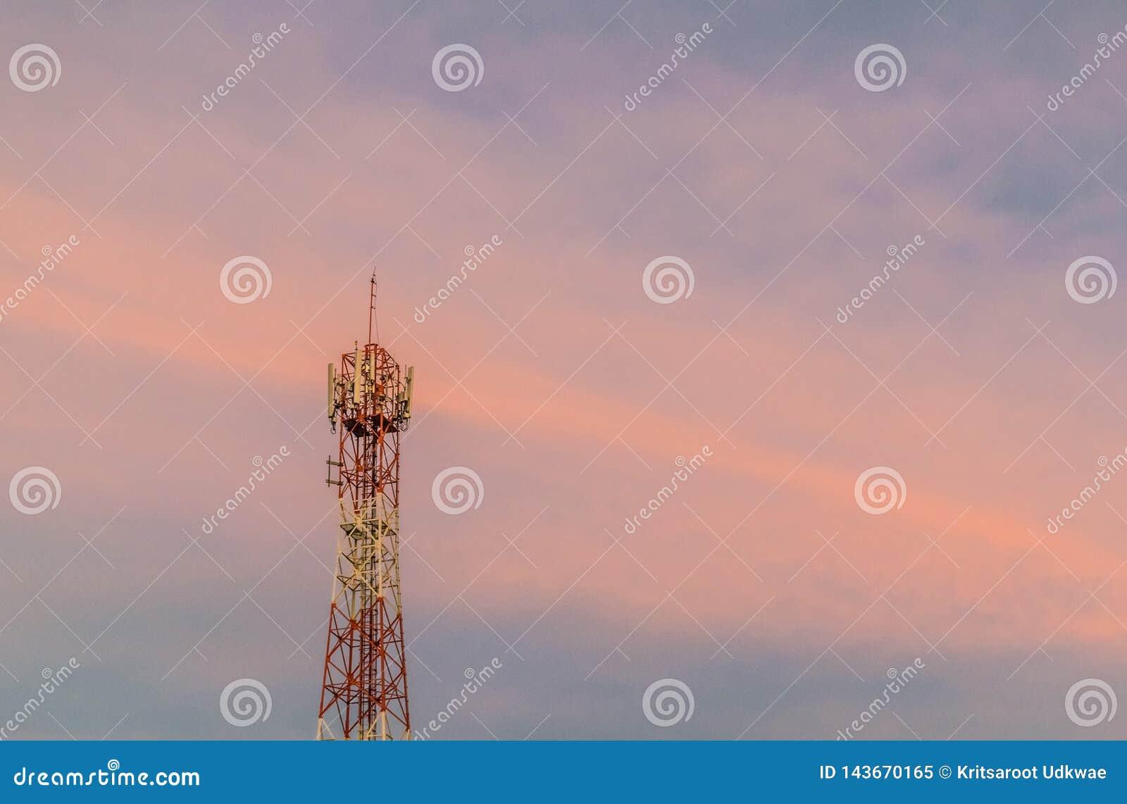 Torre do sinal com o céu crepuscular no tempo do por do sol