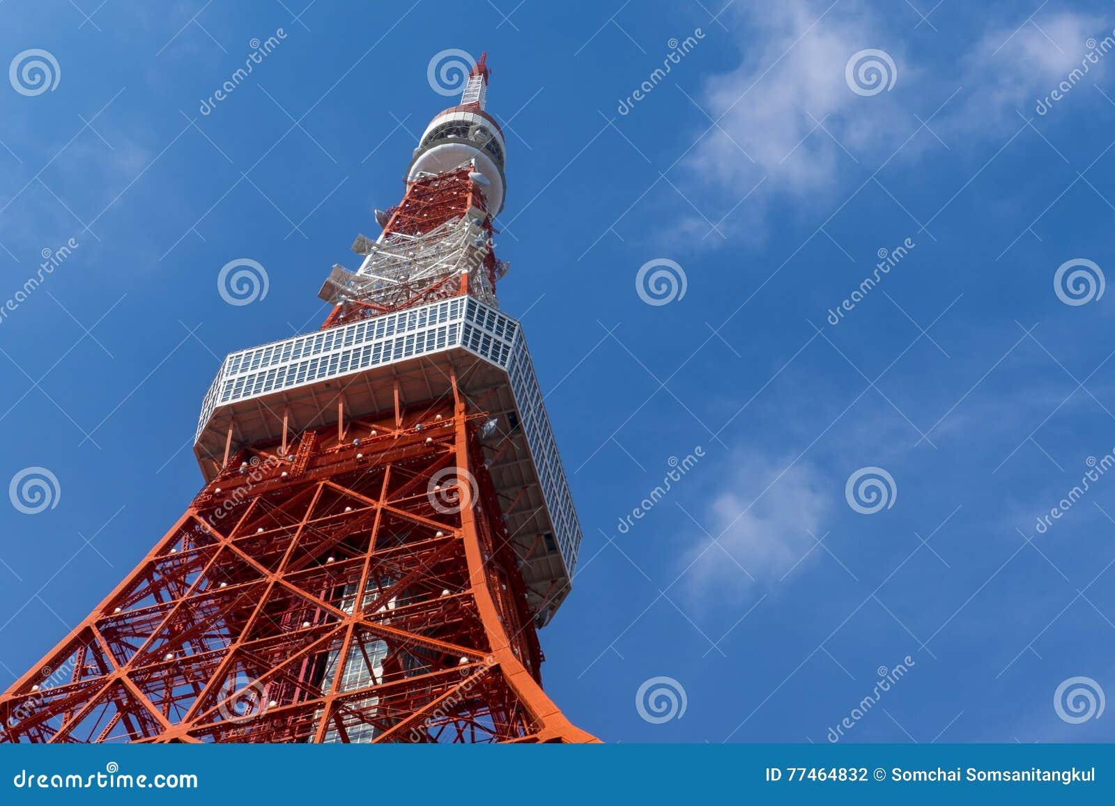 Torre do Tóquio, o marco de Japão no céu azul