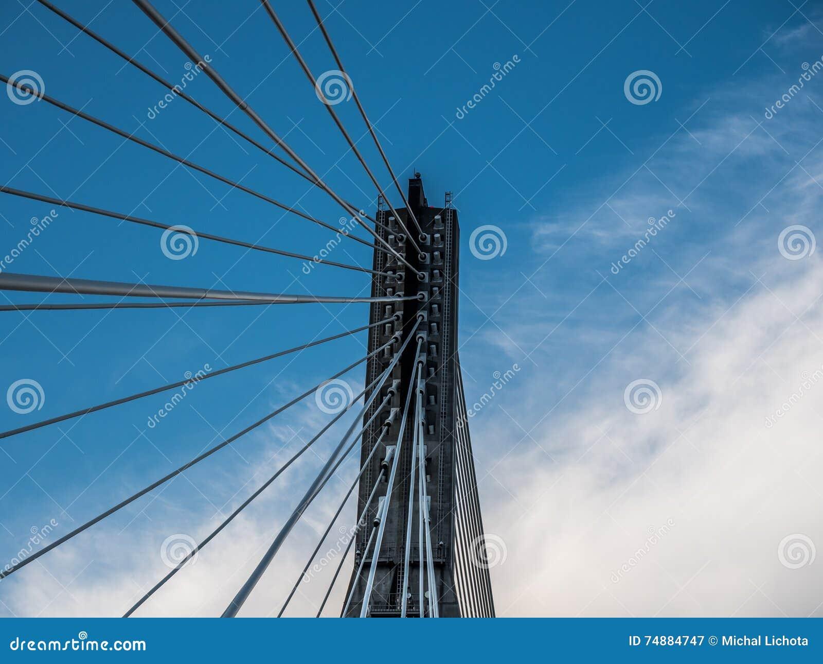 Torre e cabos da suspensão da ponte