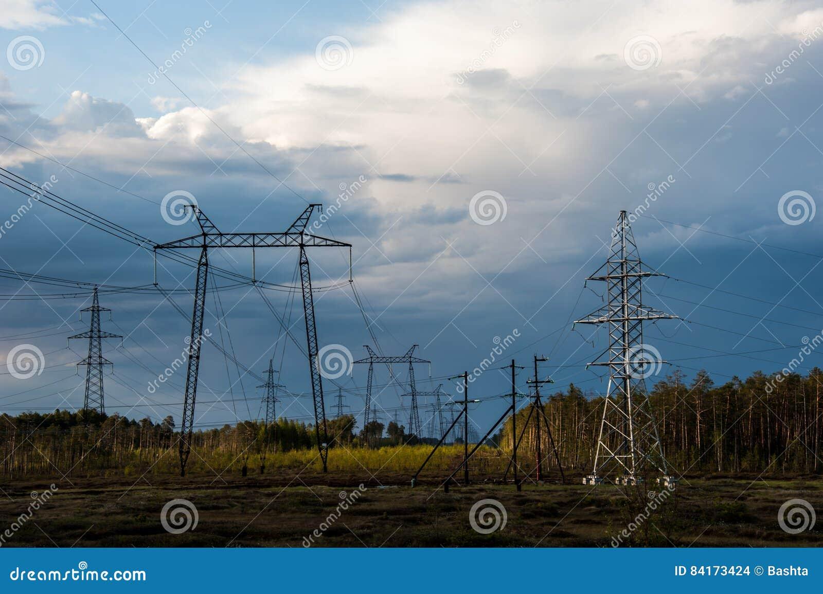 Torre e linhas de alta tensão da transmissão