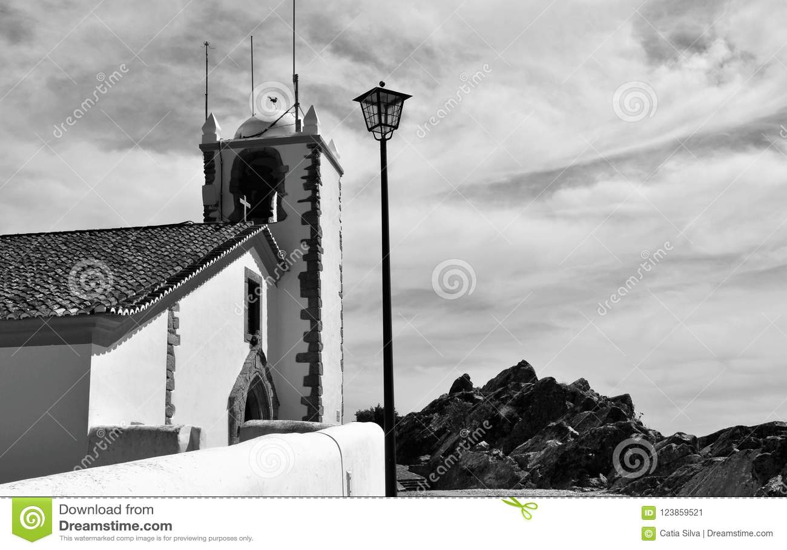 A torre e o céu - igreja do Espírito Santo em preto e branco