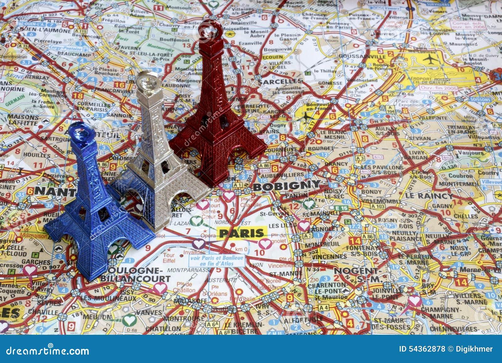 Torre Eiffel blanca y roja azul en el mapa de París