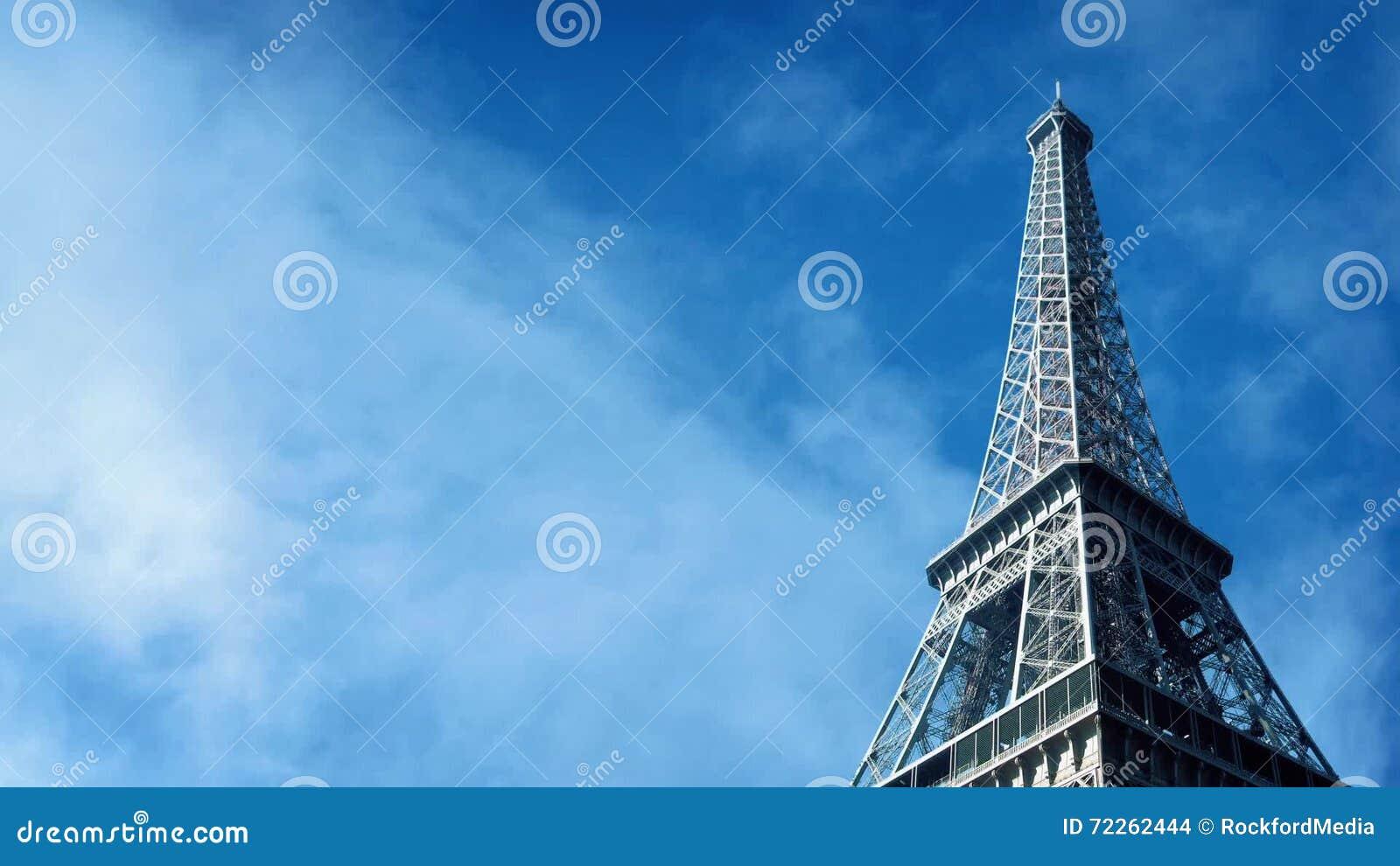 A torre Eiffel com passagem das nuvens video estoque