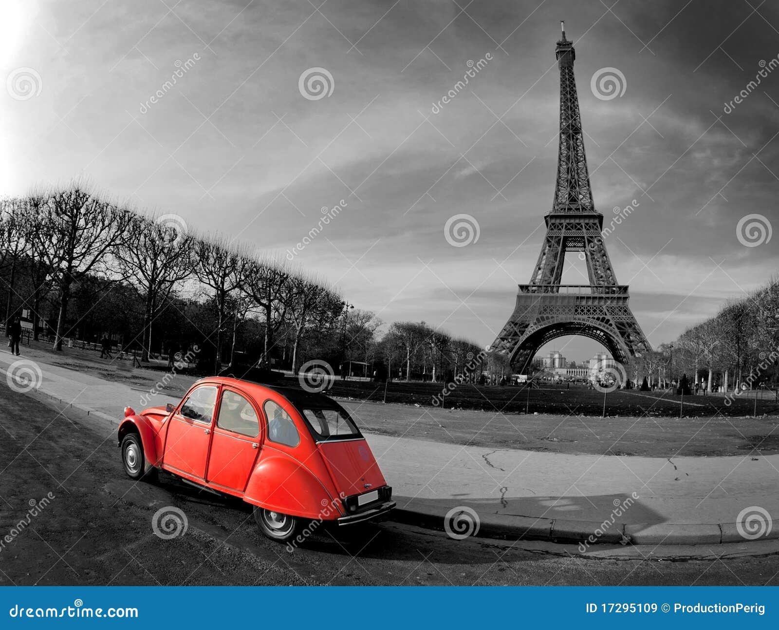 Torre Eiffel con el coche rojo francés viejo