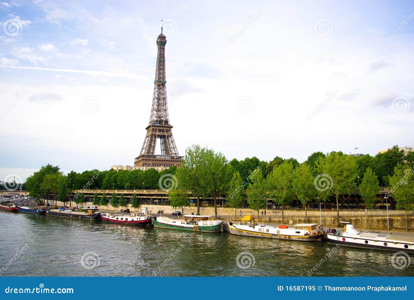 torre eiffel con il fiume di senna immagine editoriale