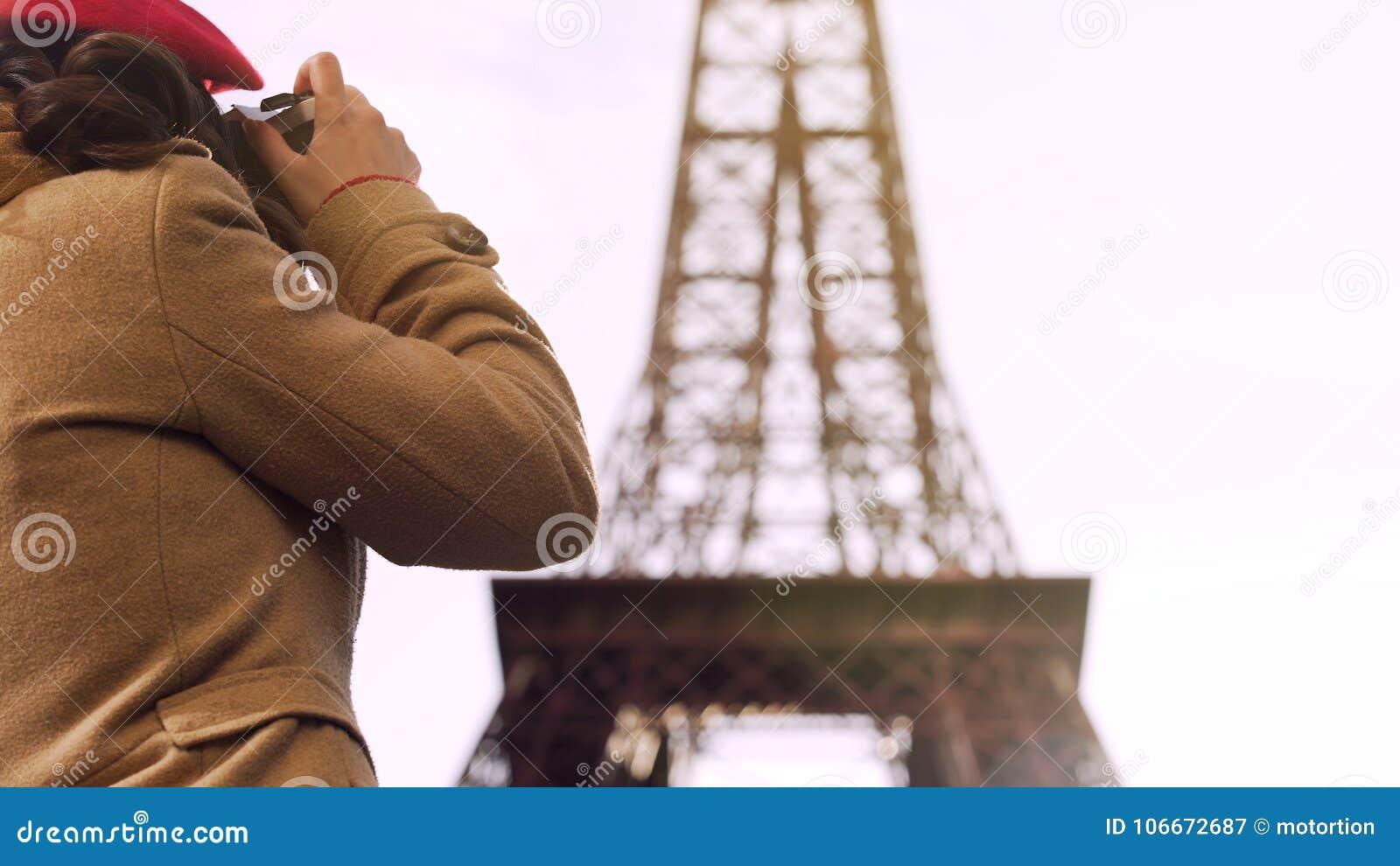 Torre Eiffel de fotografía turística femenina, pasando vacaciones en París, viaje