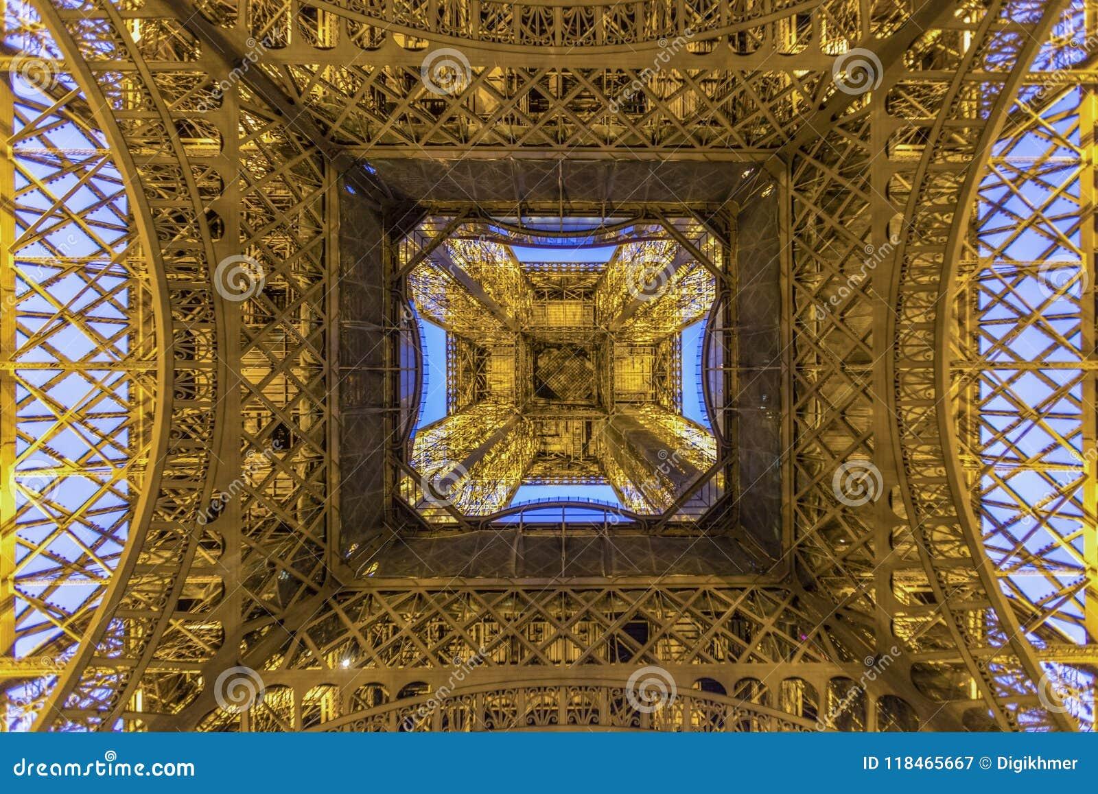 Torre Eiffel de París en la madrugada