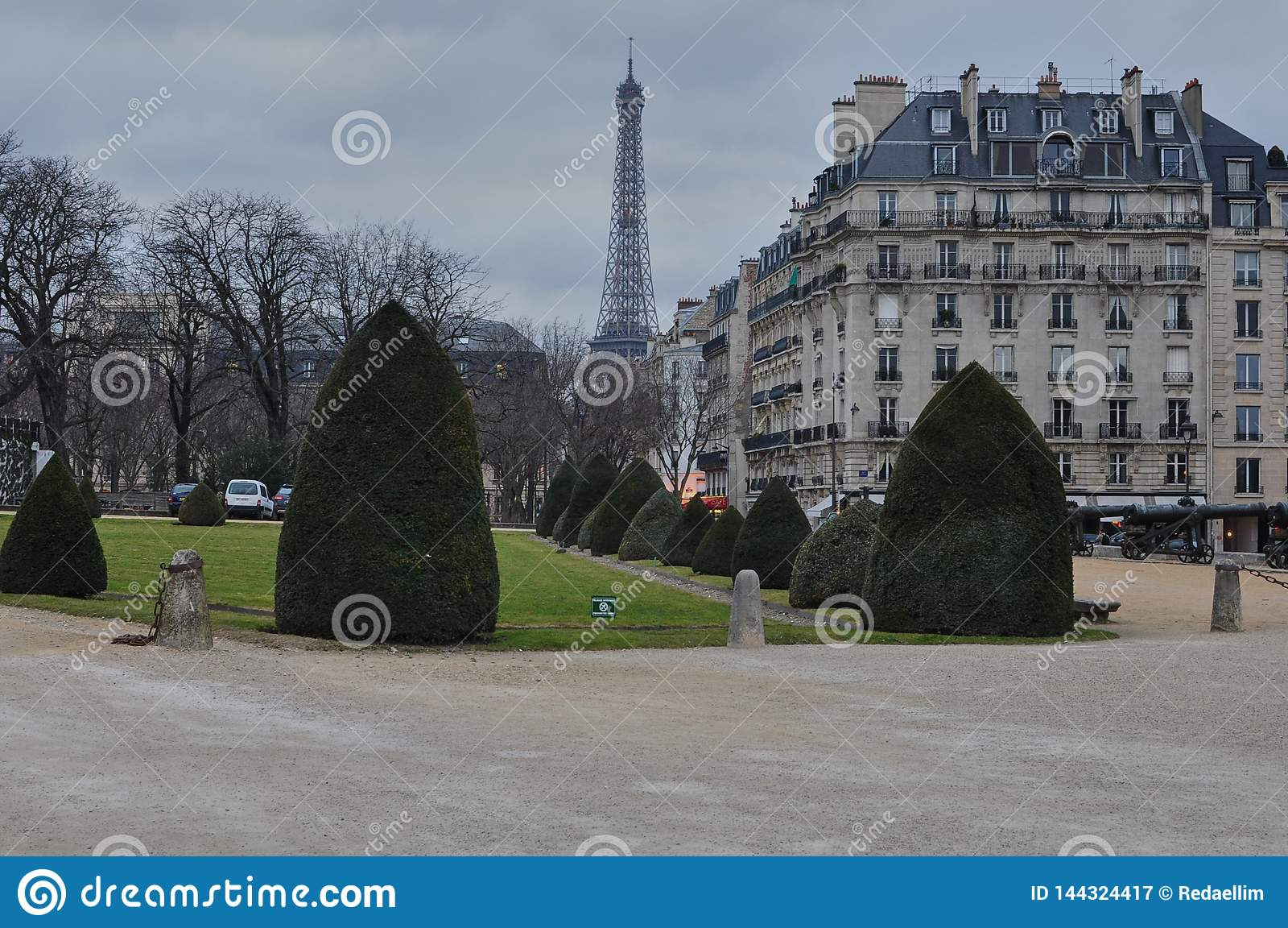 Torre Eiffel del museo 'Les Invalides 'del ejército, París, Francia