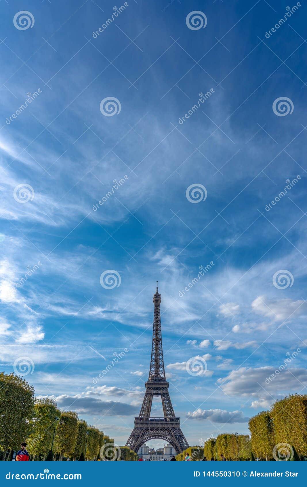 Torre Eiffel em um céu dramático