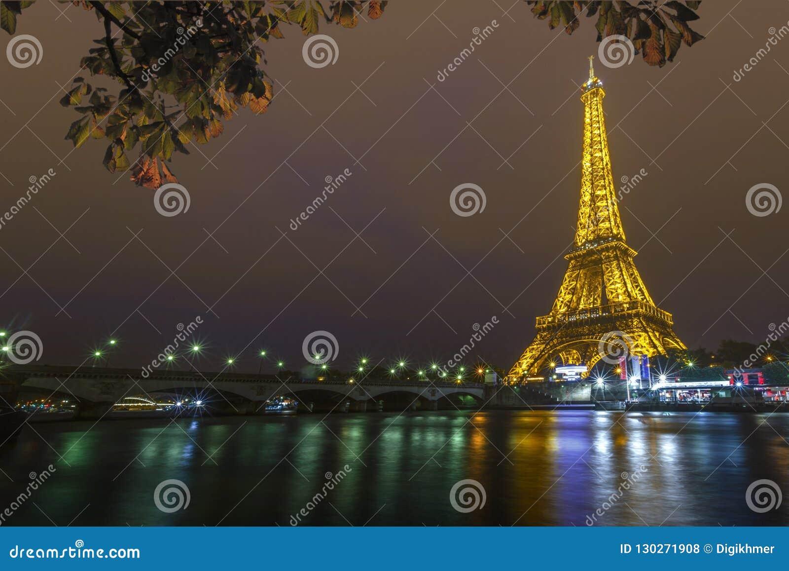Torre Eiffel en la noche y el puente de Iena