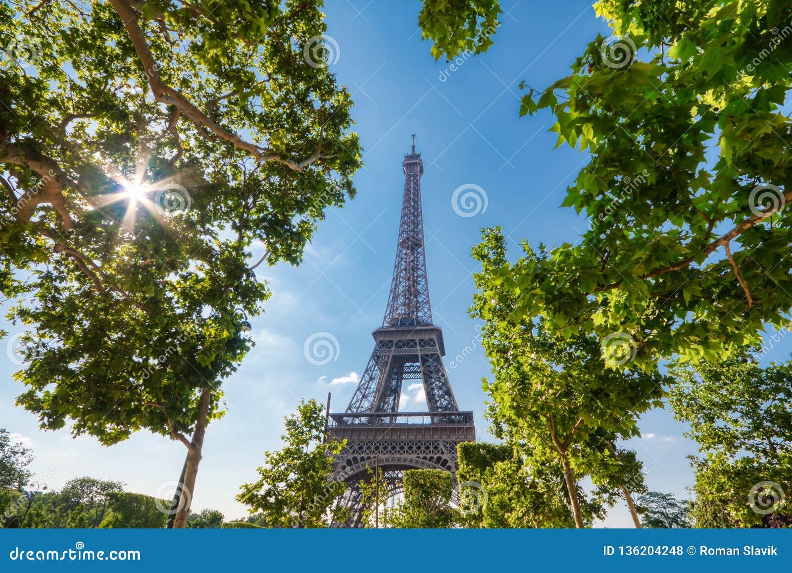 Torre Eiffel en París debajo de Sunny Summer Sky