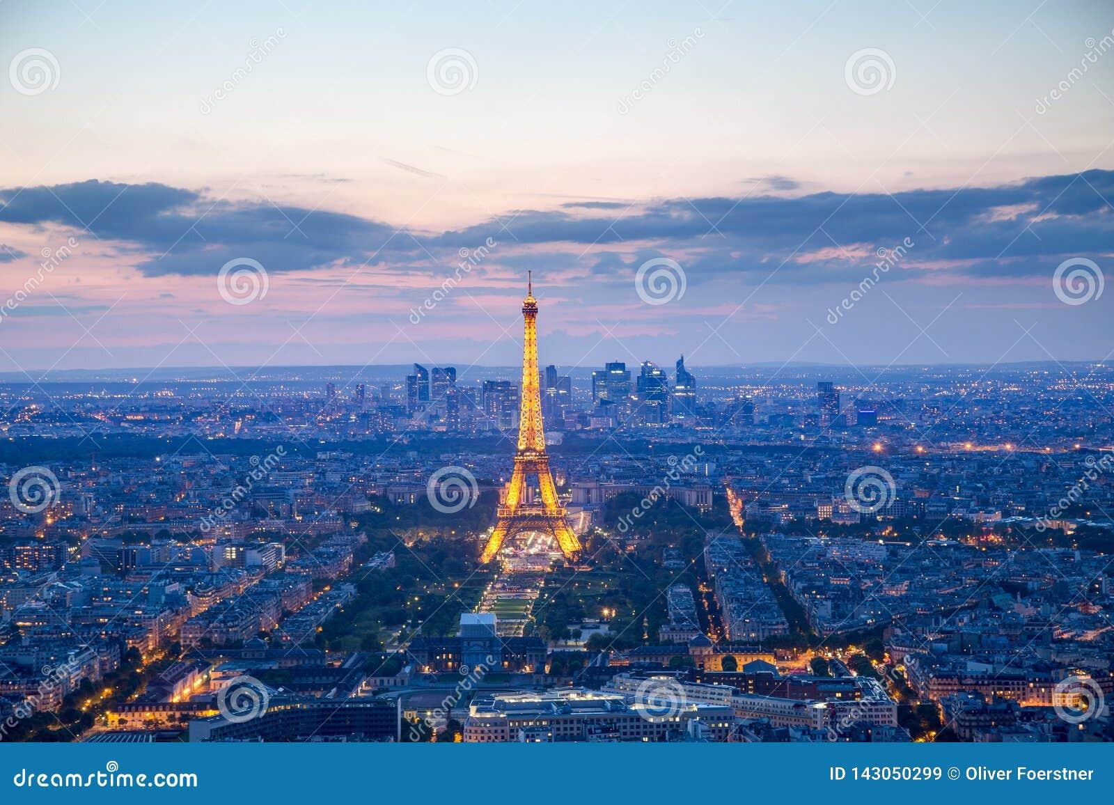 Torre Eiffel illuminata a Parigi alla notte