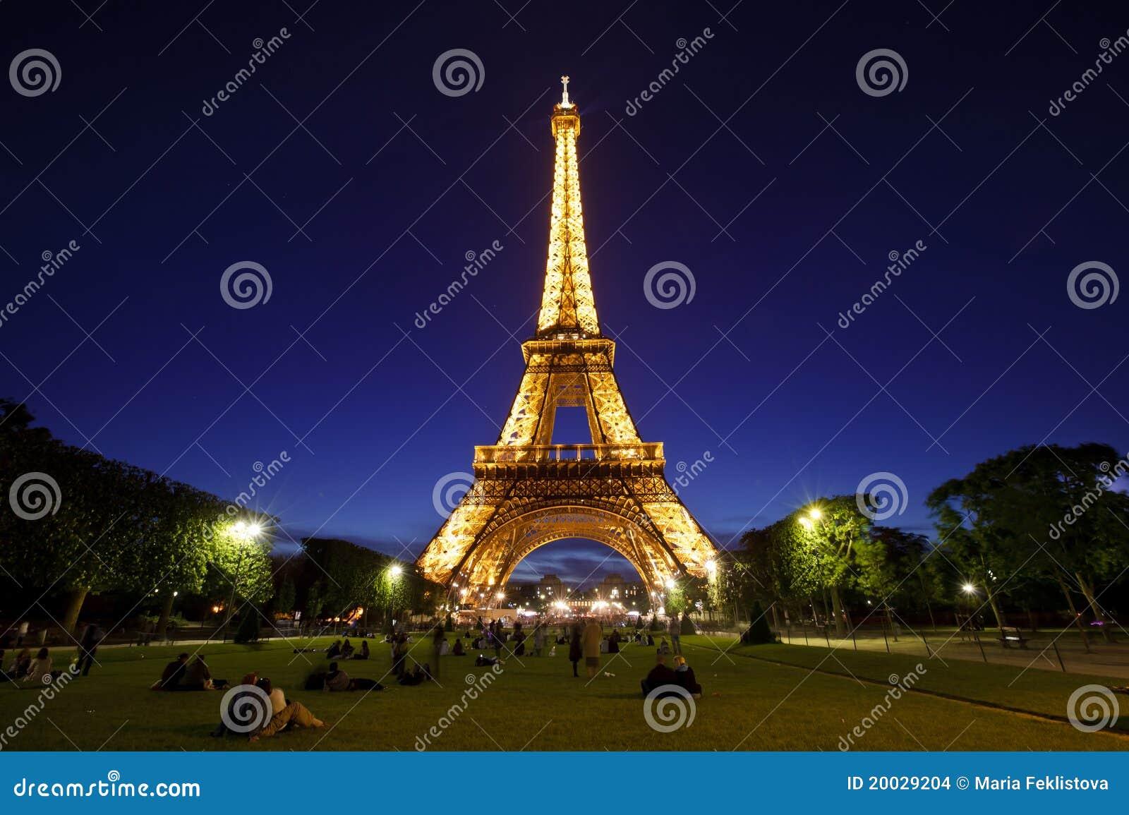 Torre Eiffel na luz da noite, Paris, France.