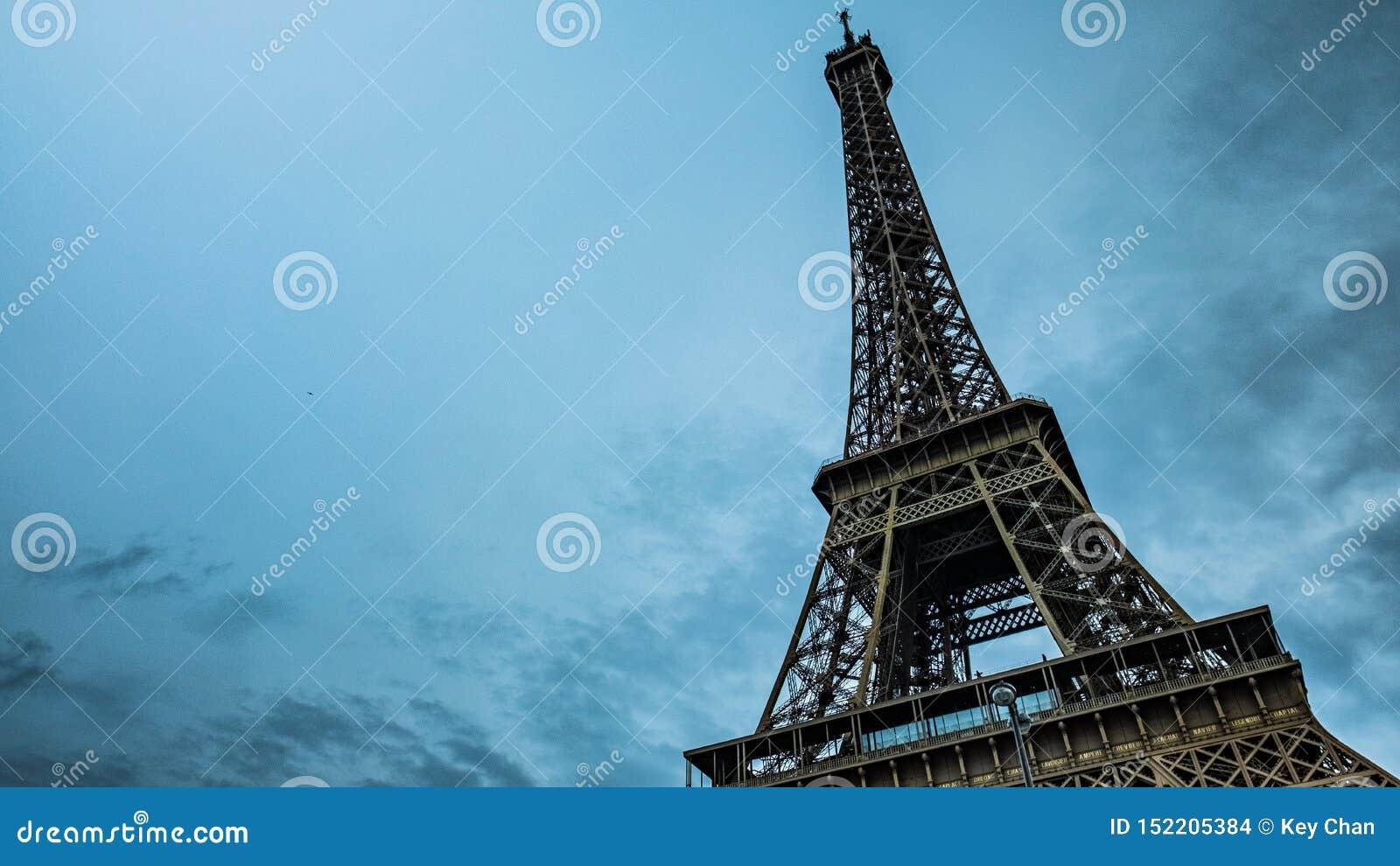 Torre Eiffel, Par?s, Francia Cielo azul