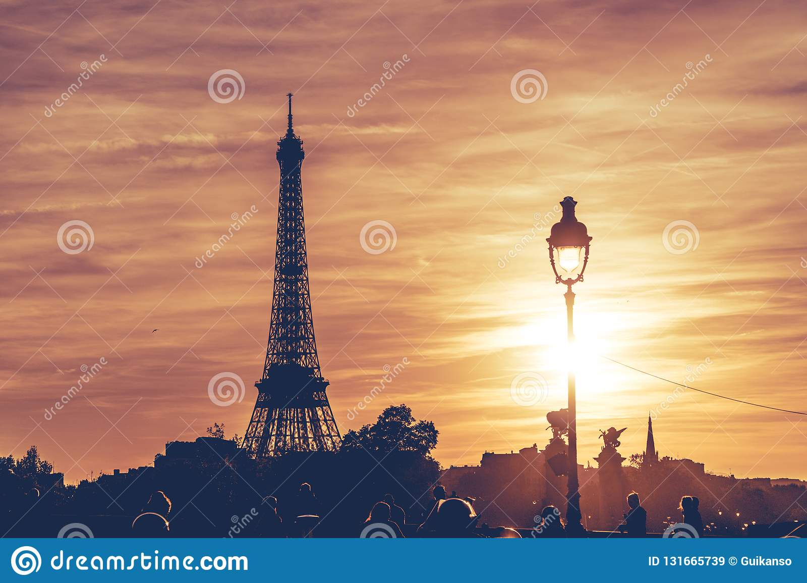 Torre Eiffel sob o por do sol de Paris