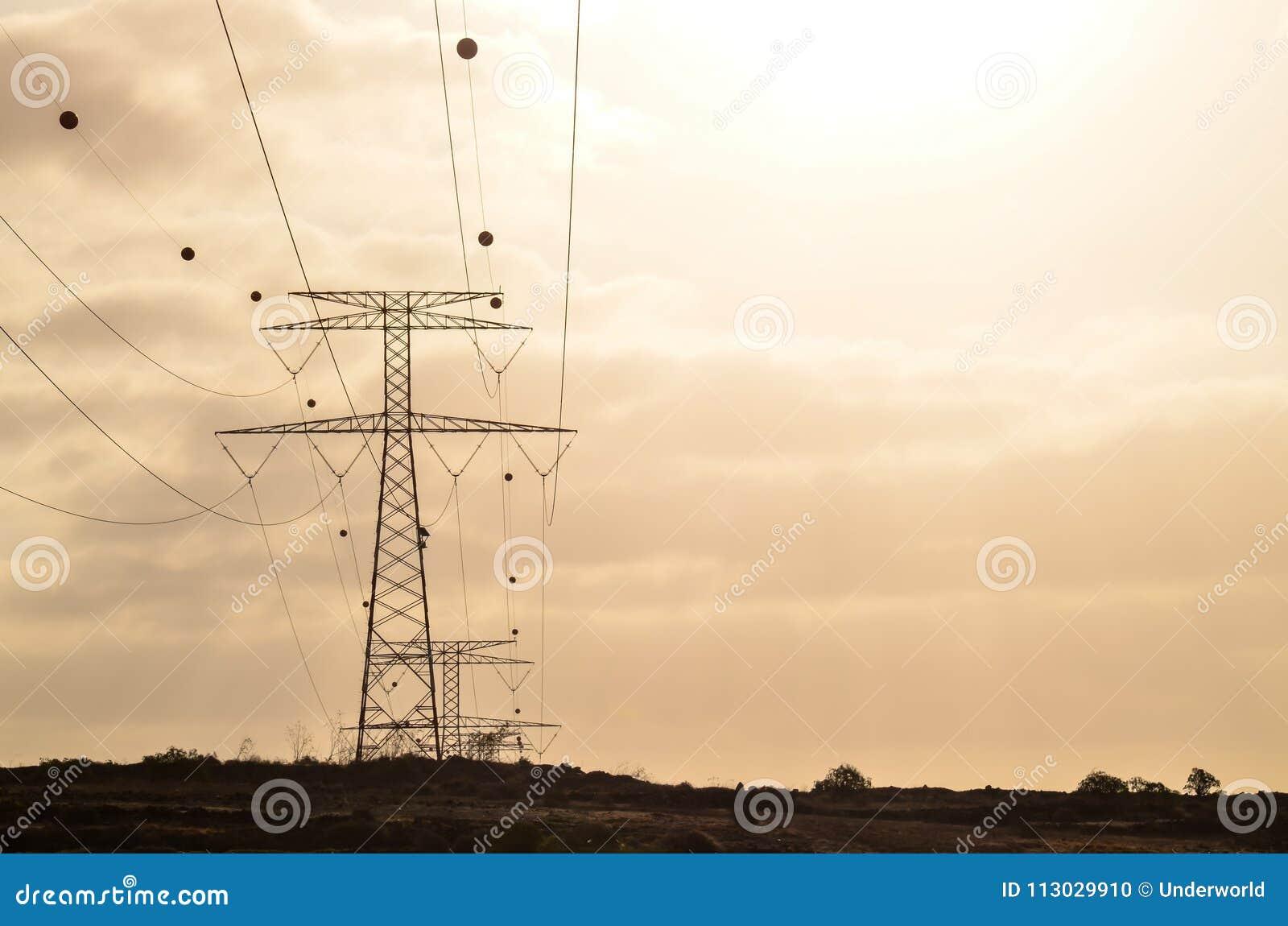 Torre eléctrica de alto voltaje de la transmisión