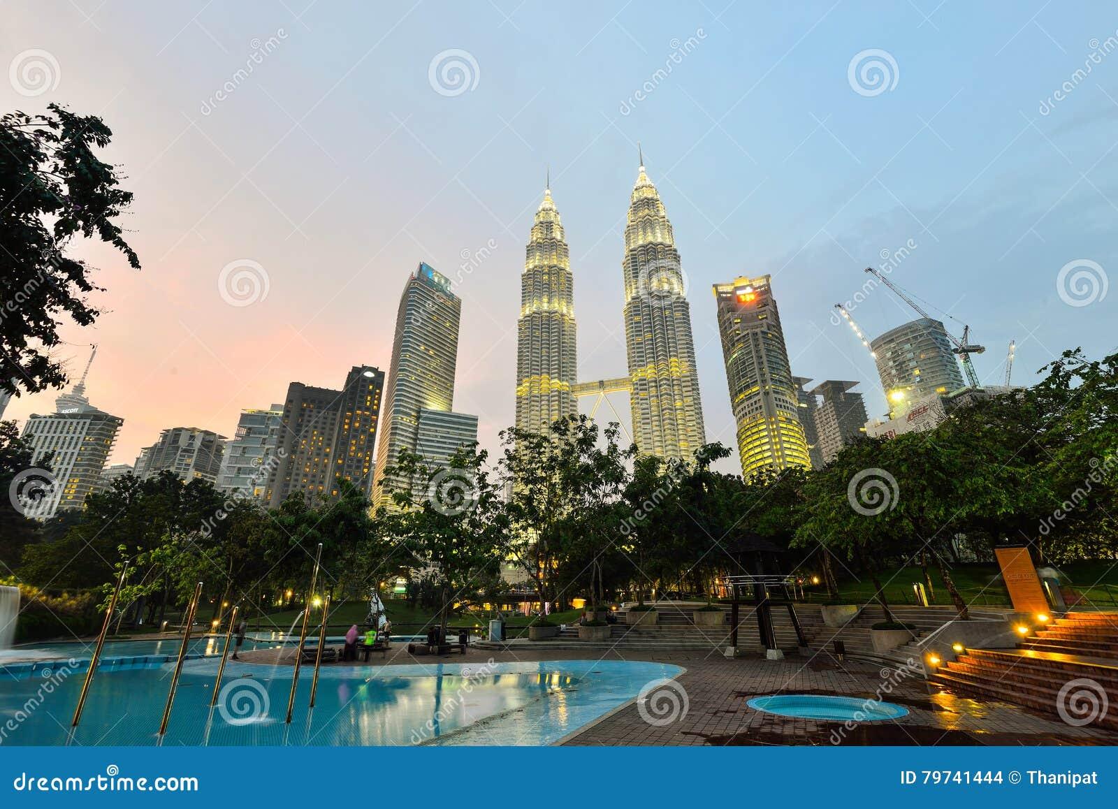 Torre gemela en el crepúsculo en Kuala Lumpur, Malasia