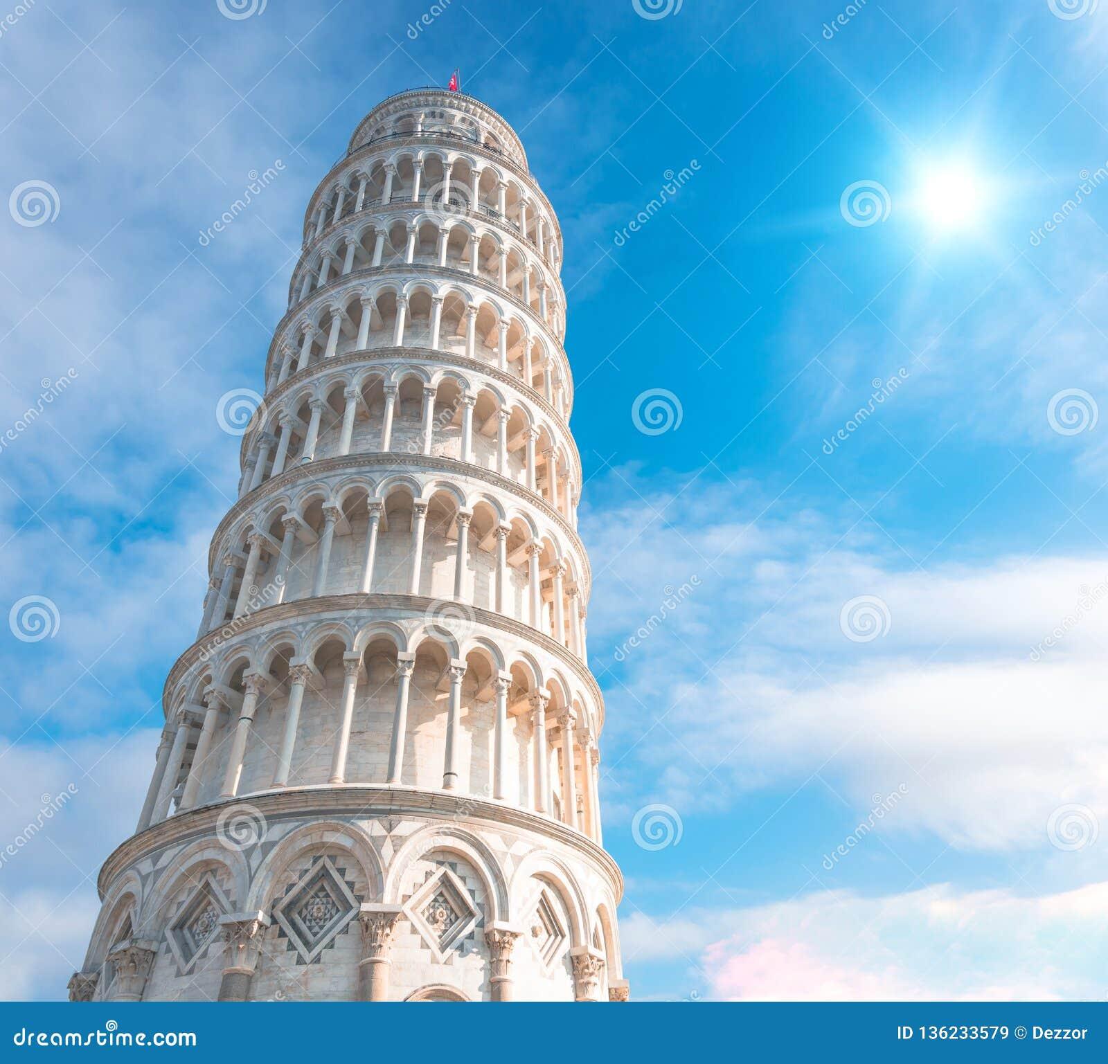 A torre inclinada de Pisa, Itália, na perspectiva de um céu bonito do dia e do sol brilhante