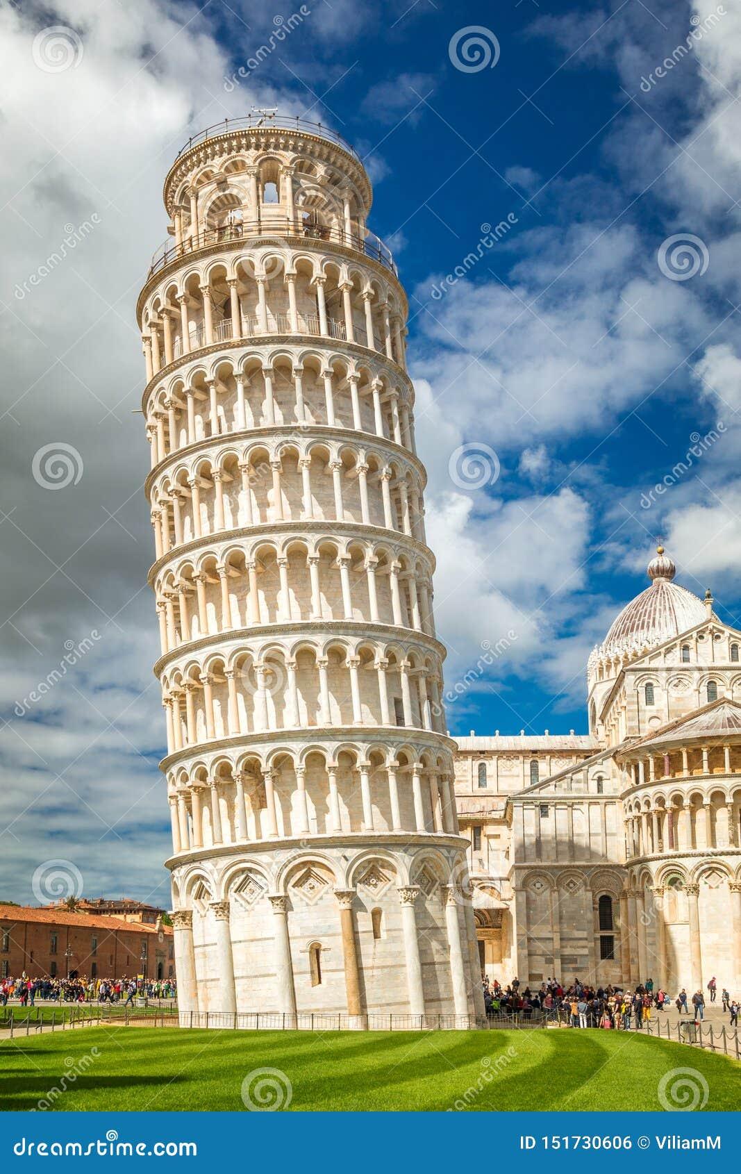 A torre inclinada de Pisa no quadrado dos milagre no dia ensolarado