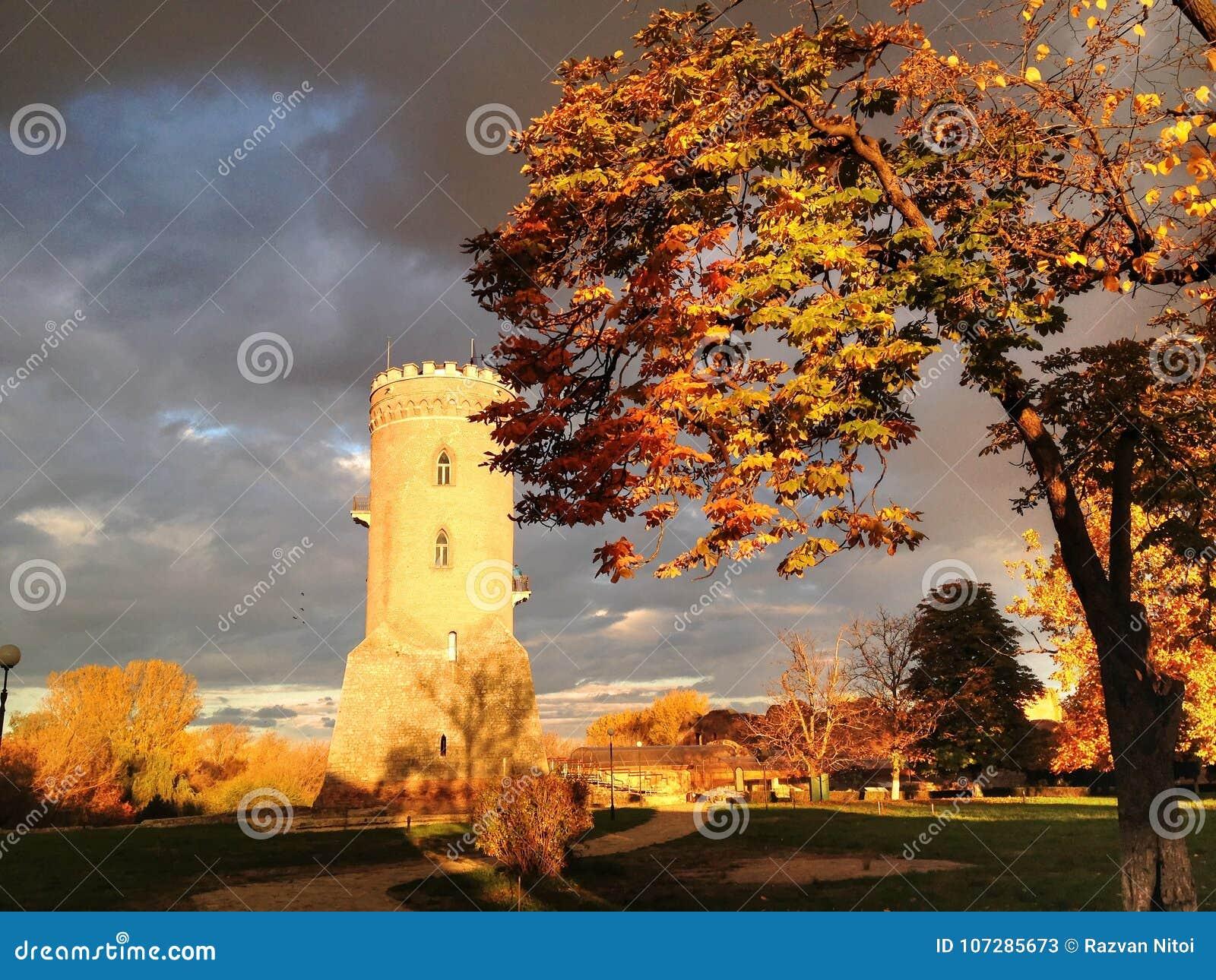 Torre medieval de la defensa debajo del cielo dramático