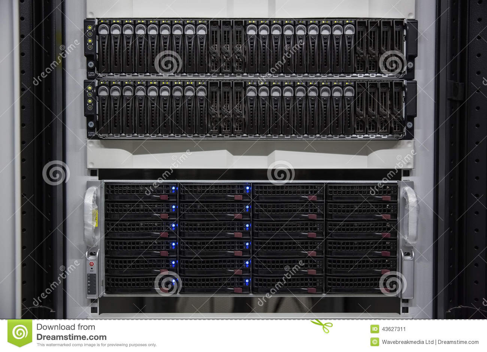 Torre montada estante negro del servidor
