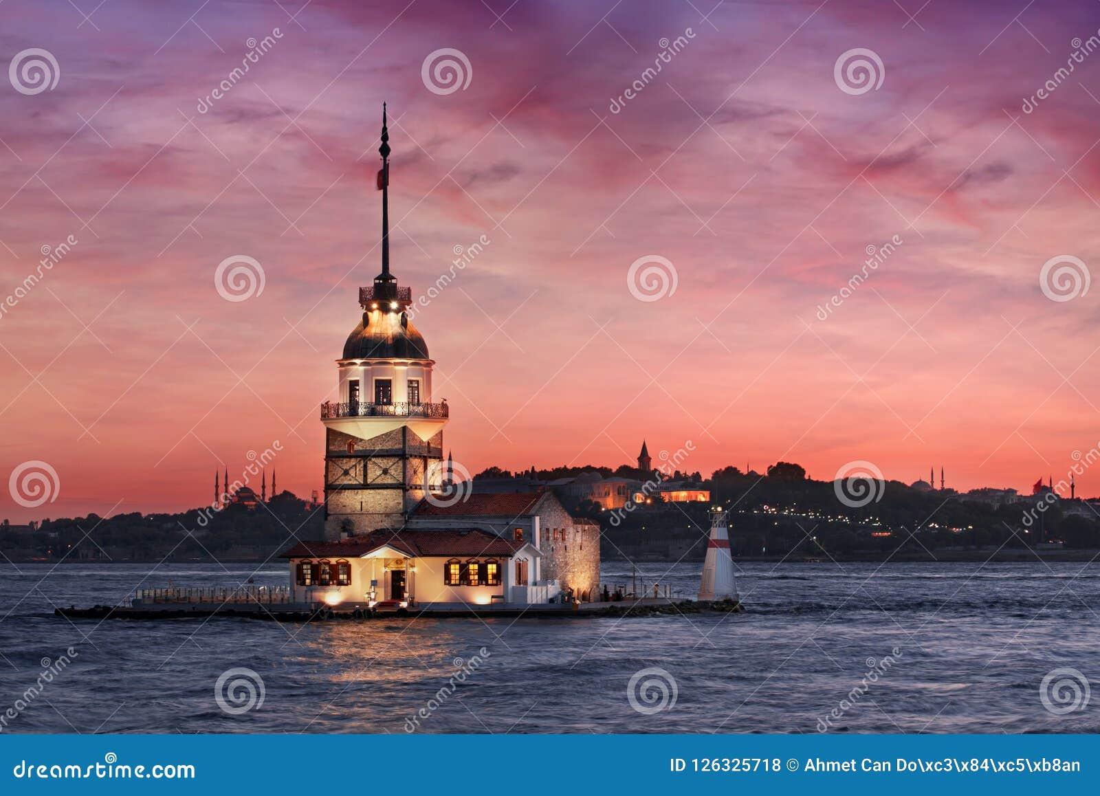 Torre nubile del ` s al tramonto