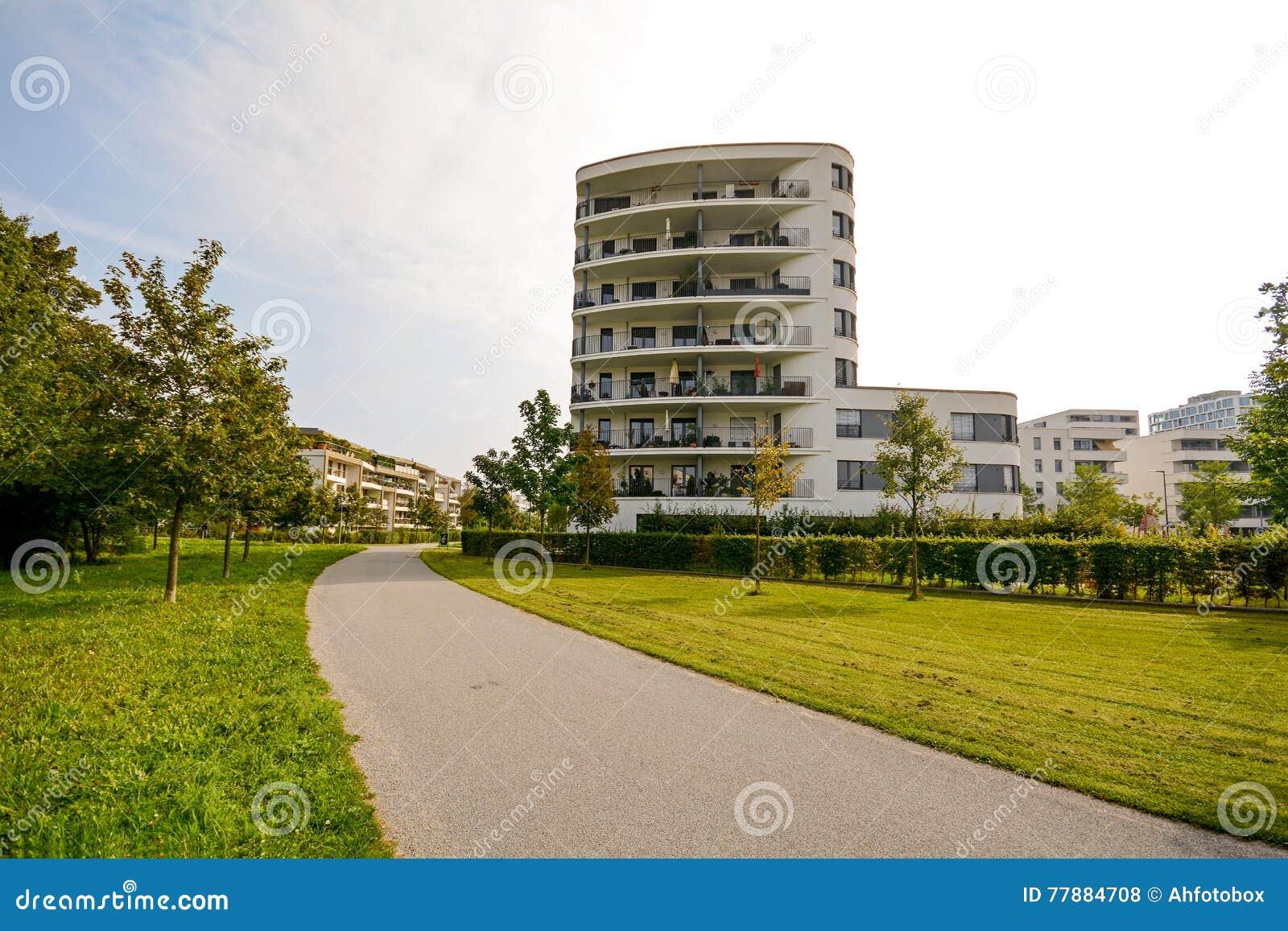 Torre Residencial Moderna, Construcción De Viviendas En Un Nuevo Desarrollo Urbano Foto de archivo