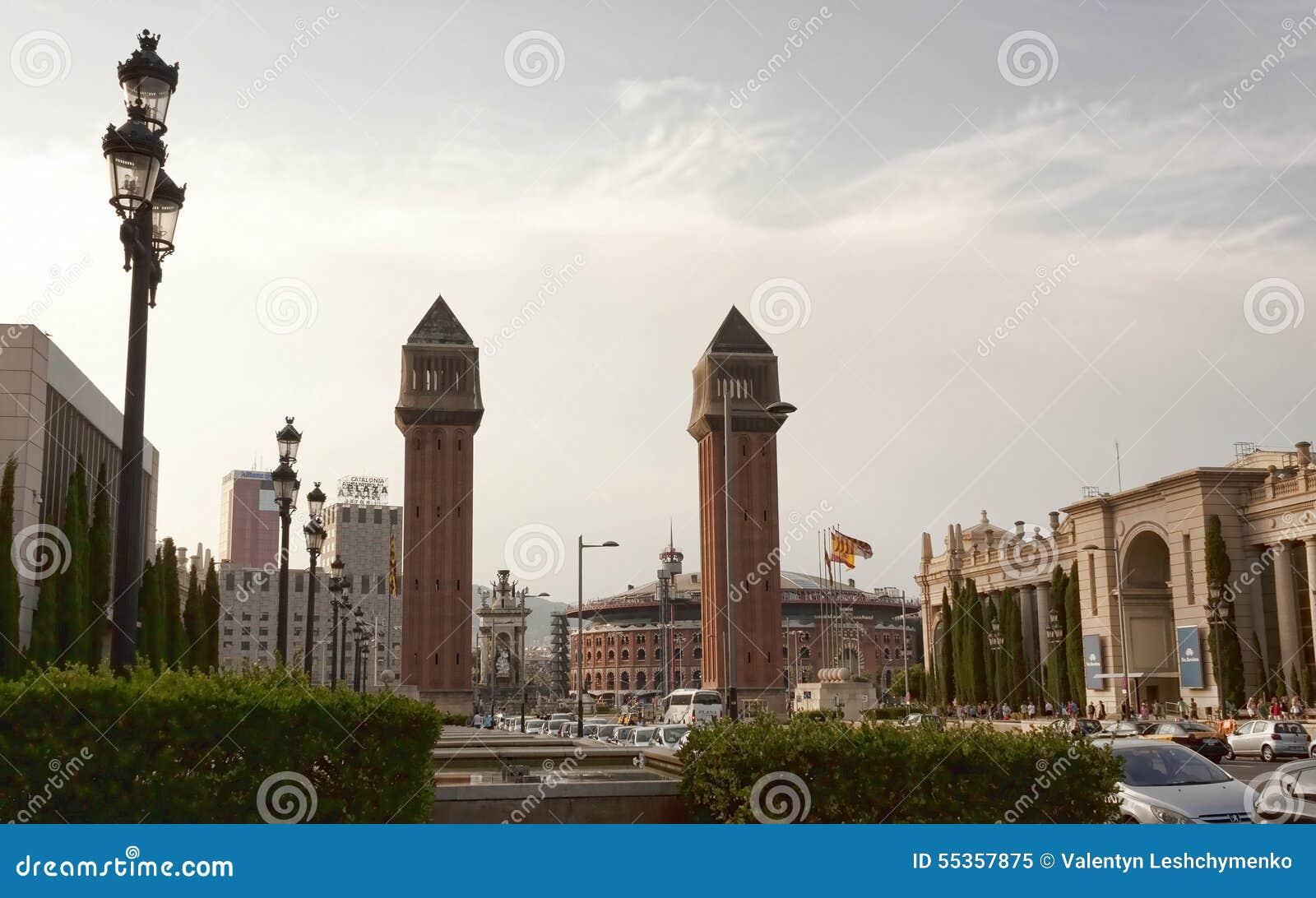 Torre veneziana nella plaza della Spagna a Barcellona Dietro il ri