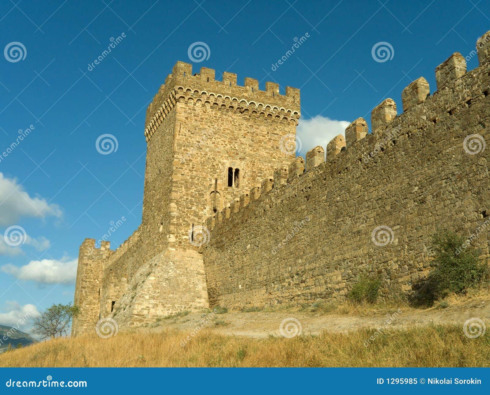 Torre y pared de la fortaleza