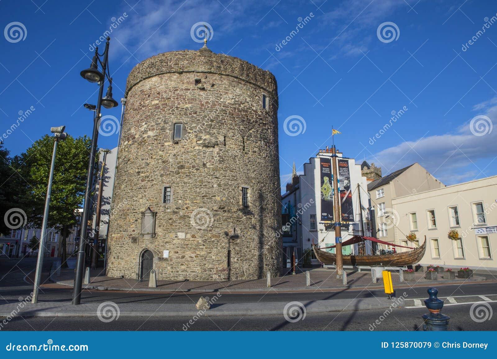 Torre y Viking Longboat de Reginalds en Waterford