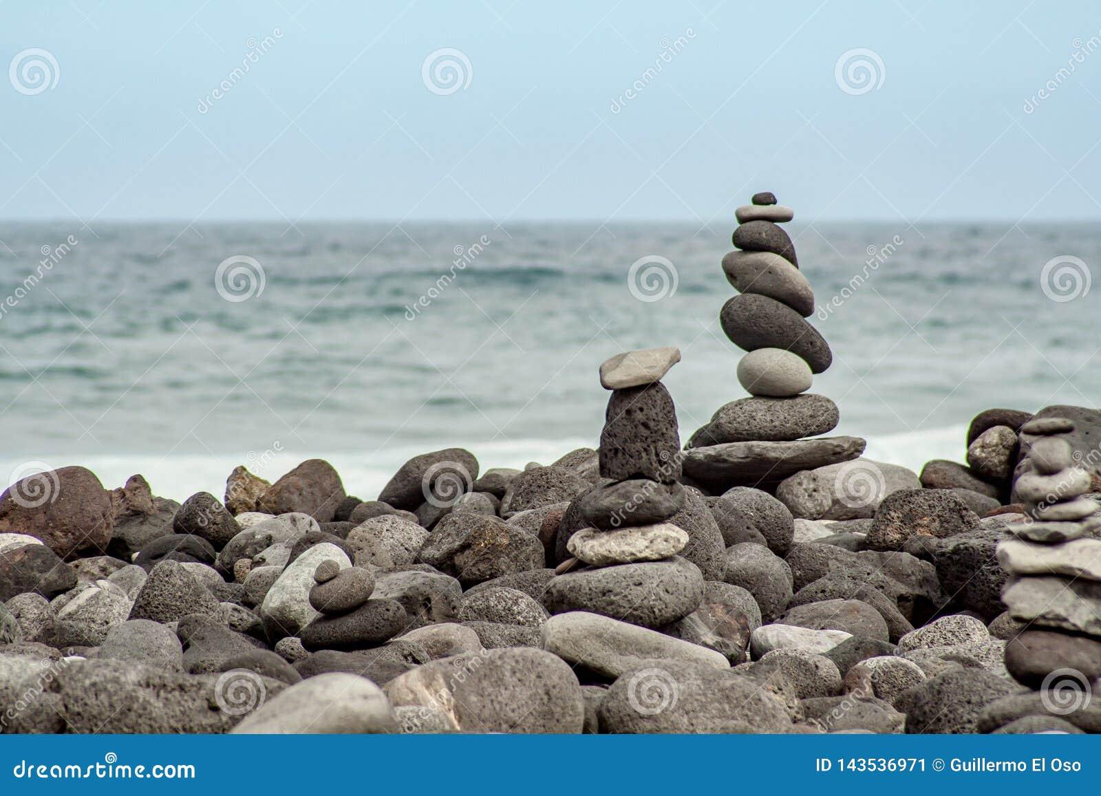 Torrecillas de piedra en la costa por el mar