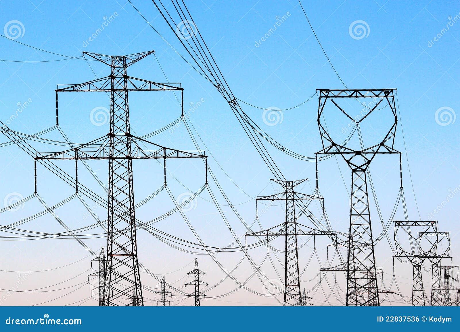 Torres de alto voltaje de la electricidad bajo el cielo for Electricidad