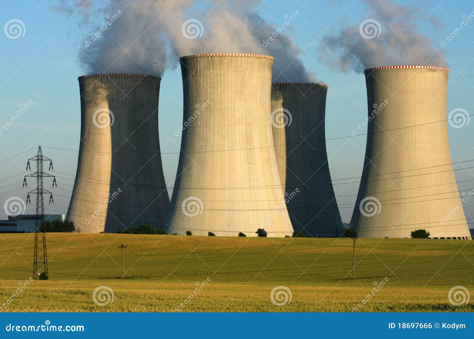 Torres de enfriamiento de la central eléctrica en campo de la agricultura
