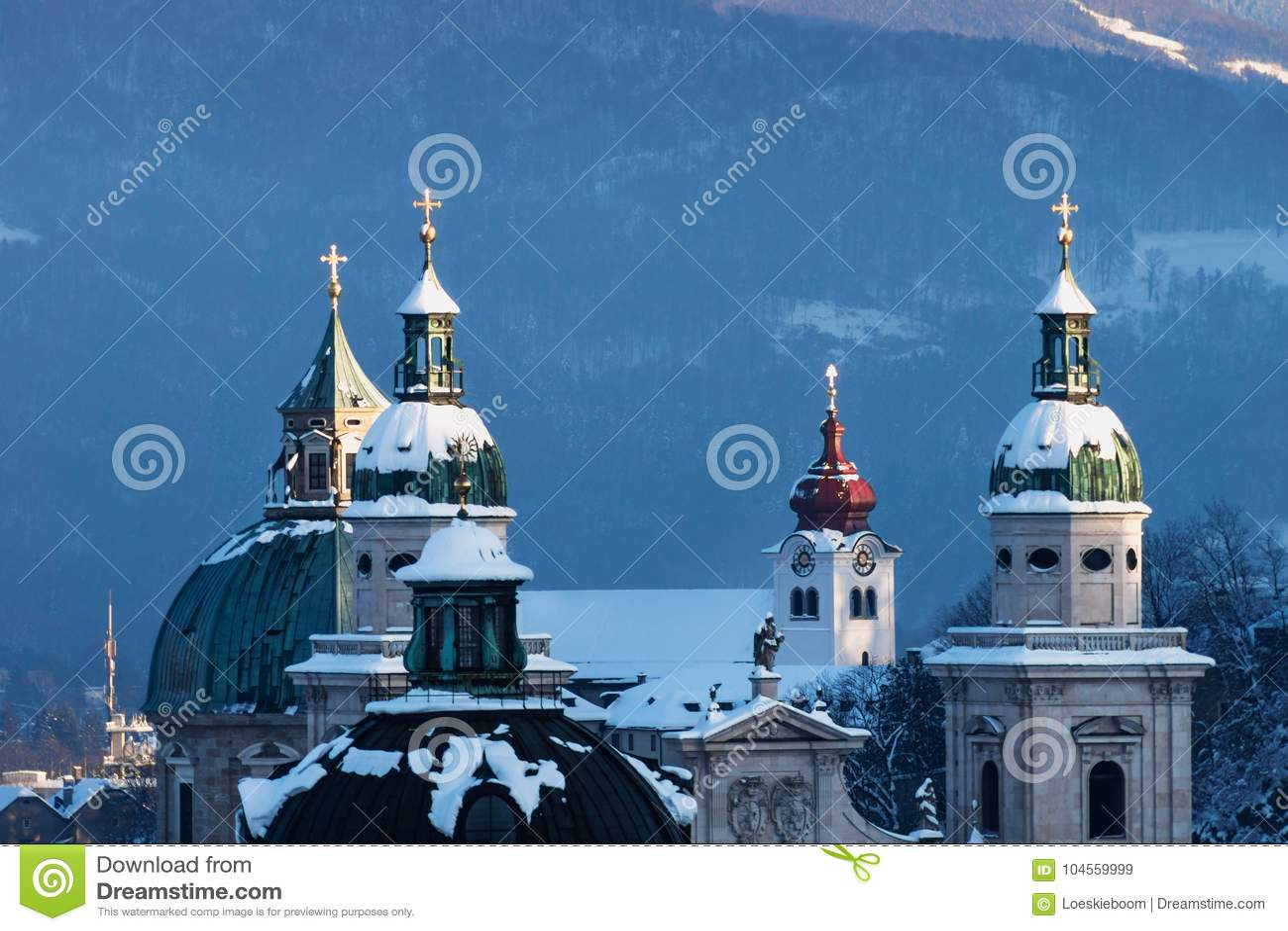 Torres de iglesia de los Dom en invierno, Salzburg, Austria de Salzburger