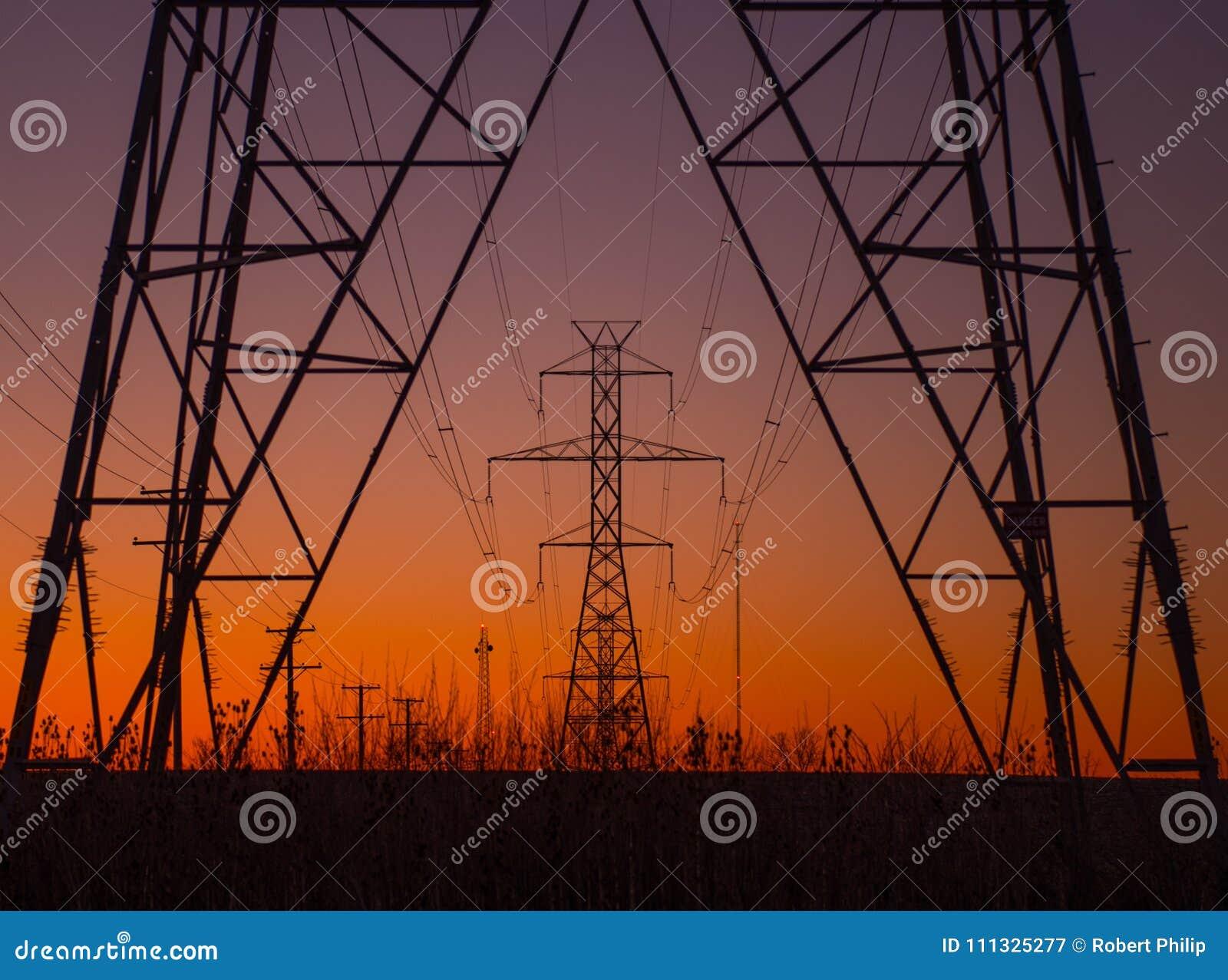 Torres de la línea eléctrica en la salida del sol