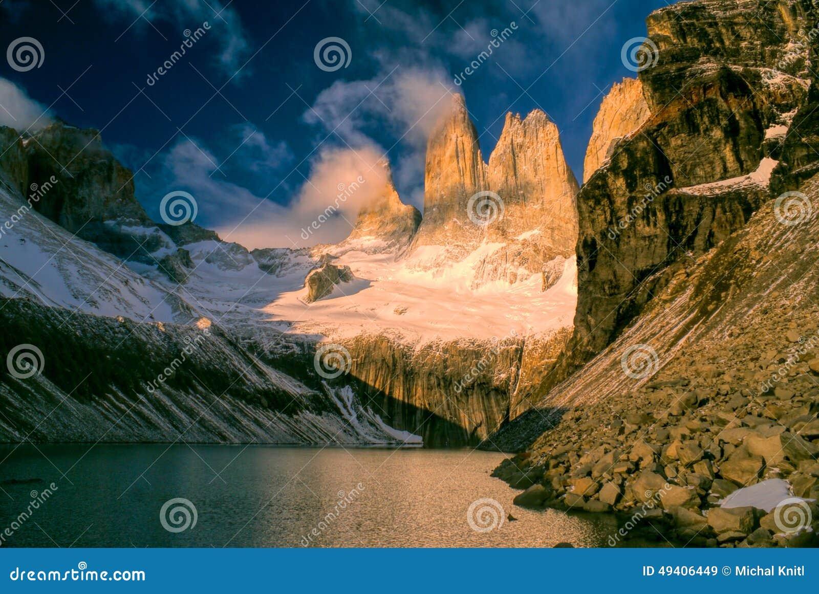 Download Torres Del Paine stockbild. Bild von chile, wasser, eingebürgert - 49406449