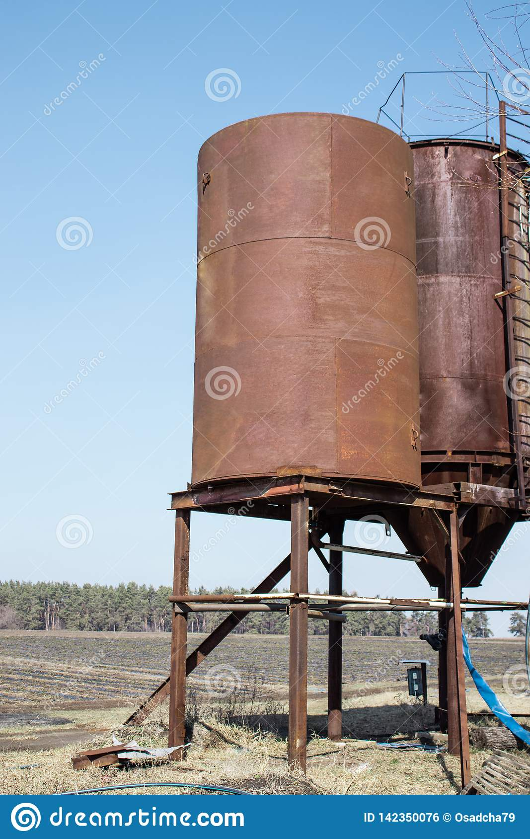 Torres do ferro para armazenar a água fora