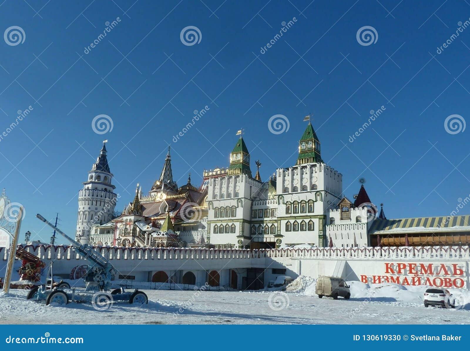 Torres do Kremlin de Izmaylovo em Moscou, Rússia, inverno