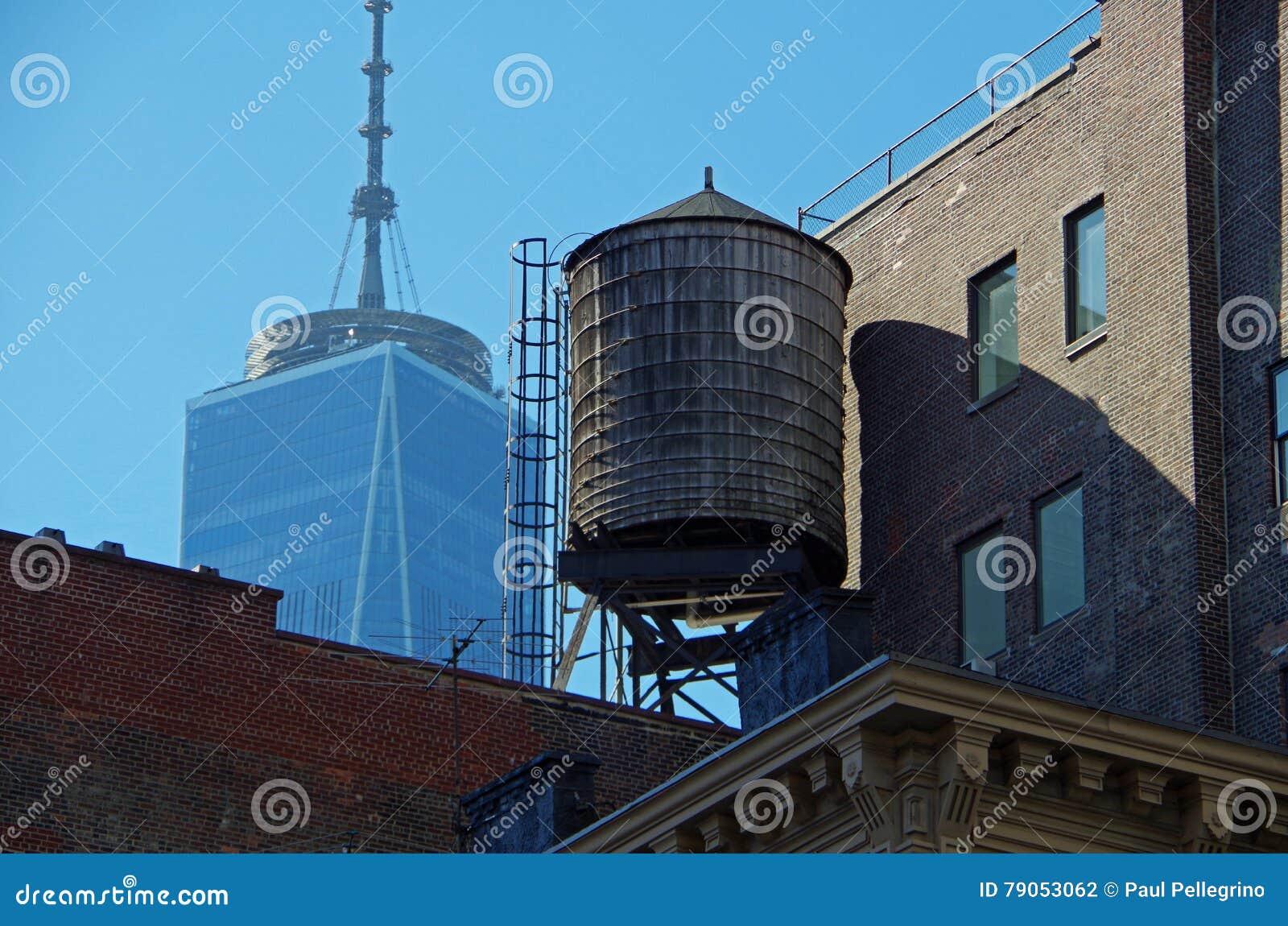 Torres e telhados urbanos de água de New York City