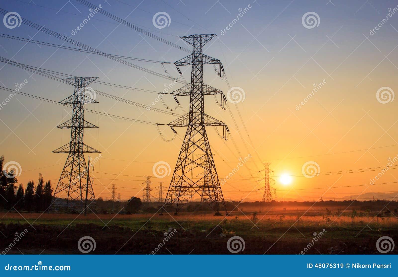 Torres eléctricas de alto voltaje durante puesta del sol
