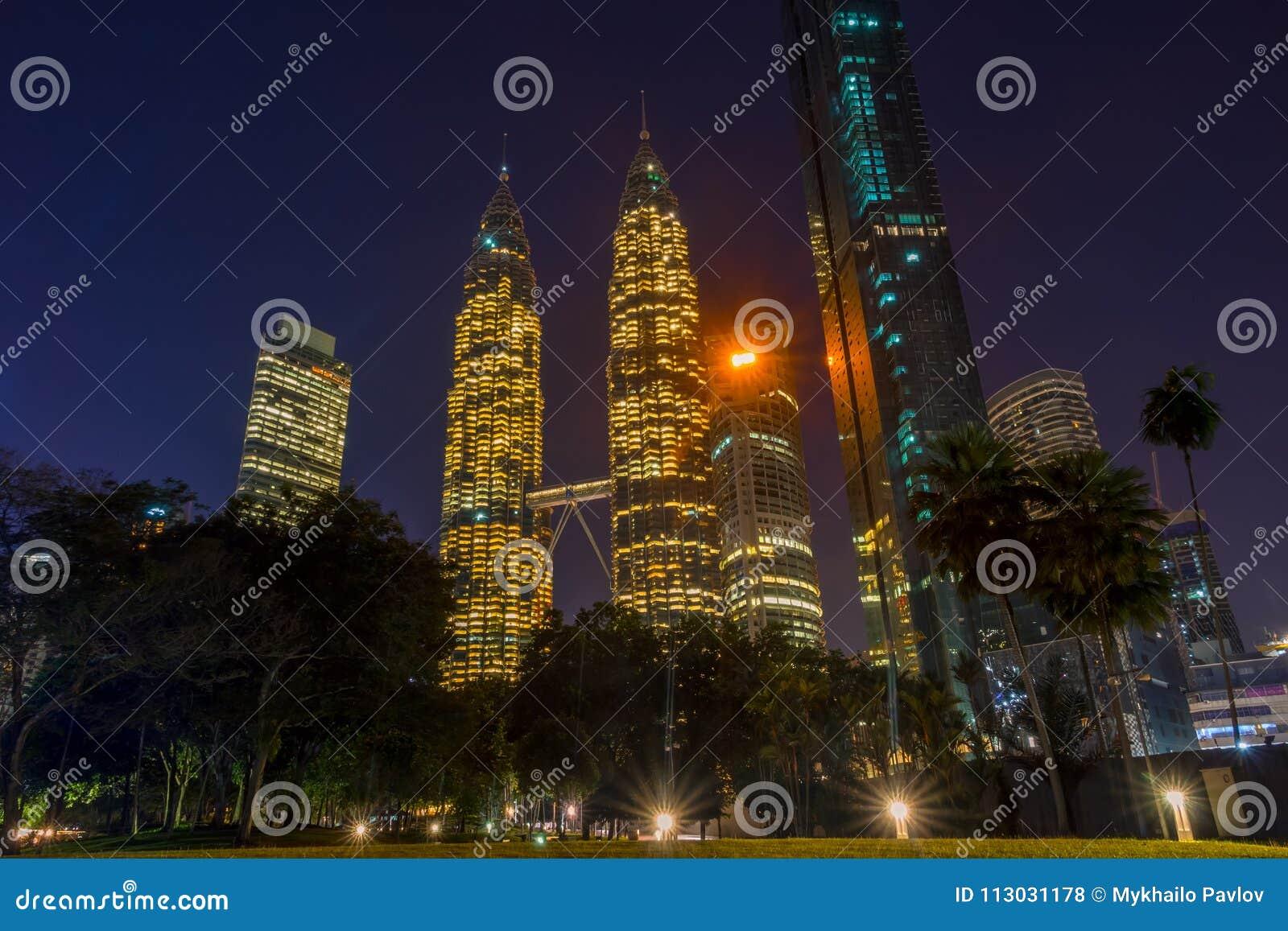 Torres gemelas Petronas en la noche Kuala Lumpur